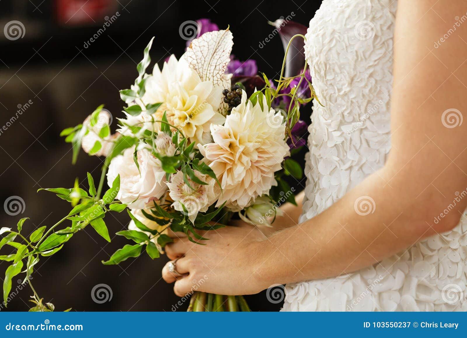 demoiselle d'honneur de jeune mariée tenant le bouquet de fleur de