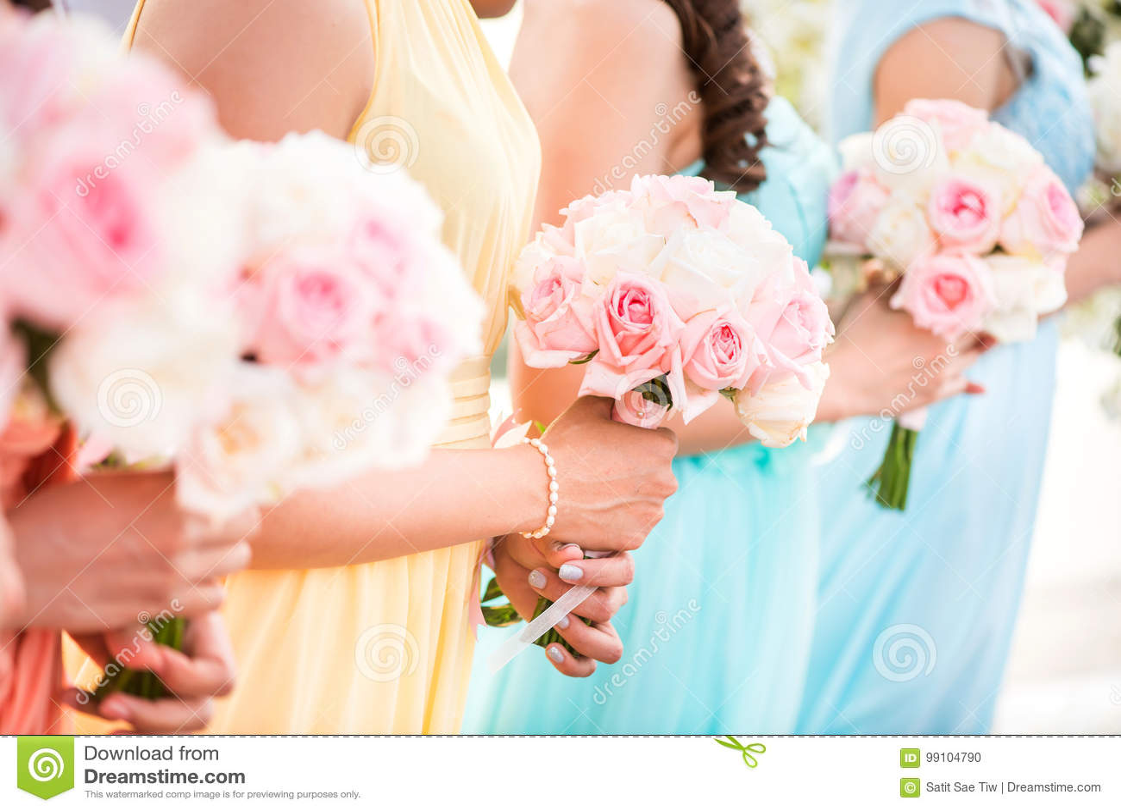 Demoiselle d honneur tenant un bouquet des roses au mariage