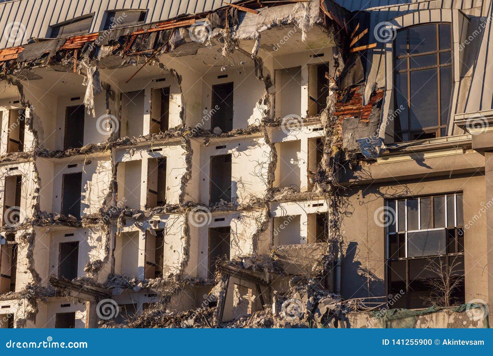 Demolición de un edificio destrucción en un cuarto urbano residencial