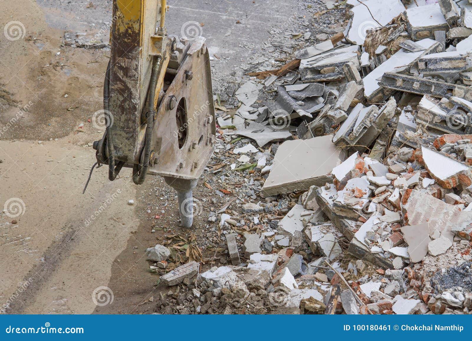 Demolierung einer Industriegebäude- und Bohrgerätbetonmaschine
