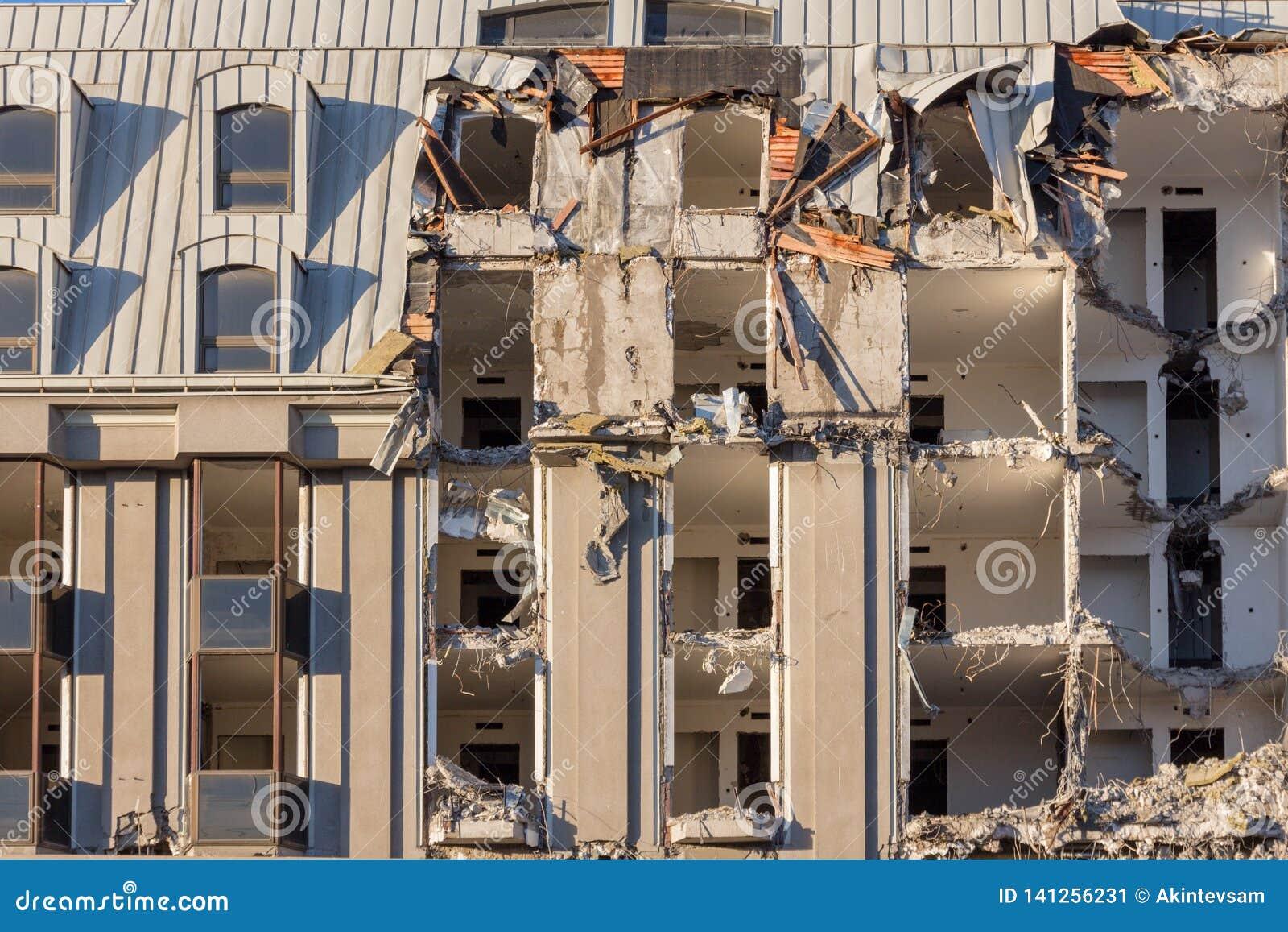 Demolizione di una costruzione distruzione in un quartiere urbano residenziale