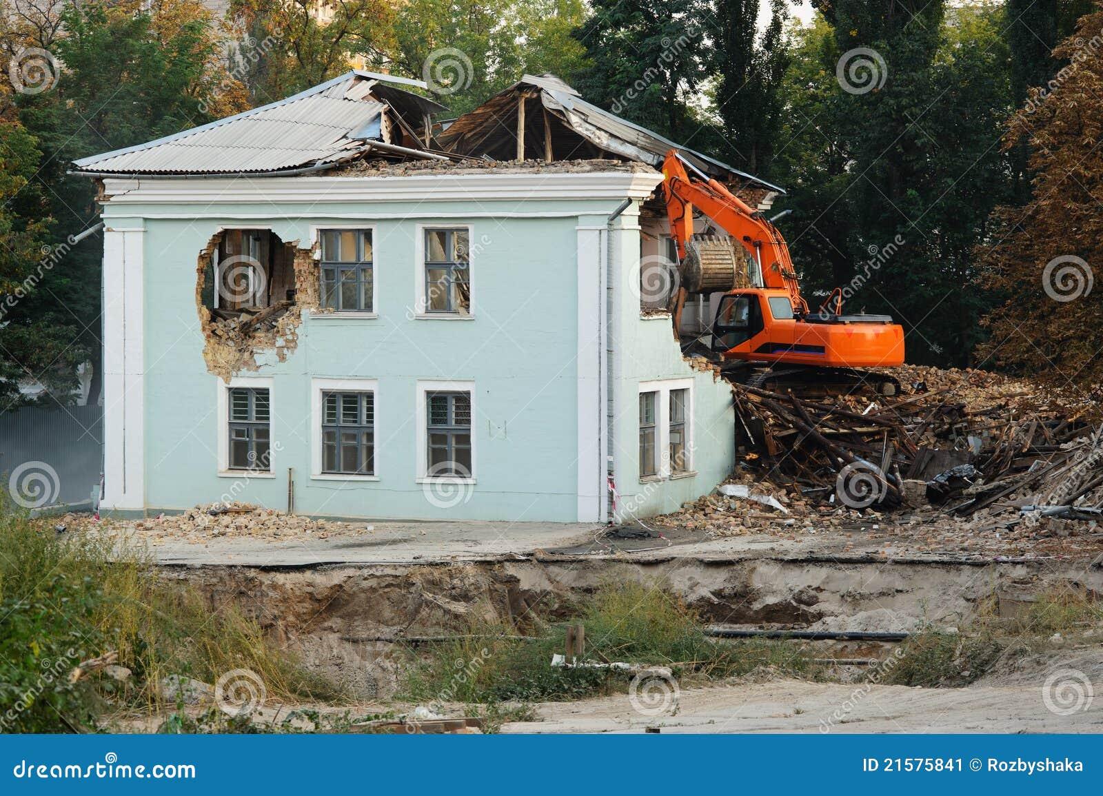 Demolizione di vecchia casa