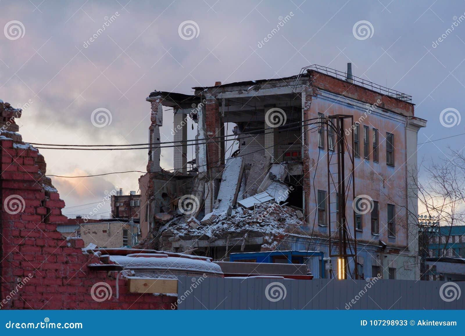 Demolizione di vecchia casa con mattoni a vista