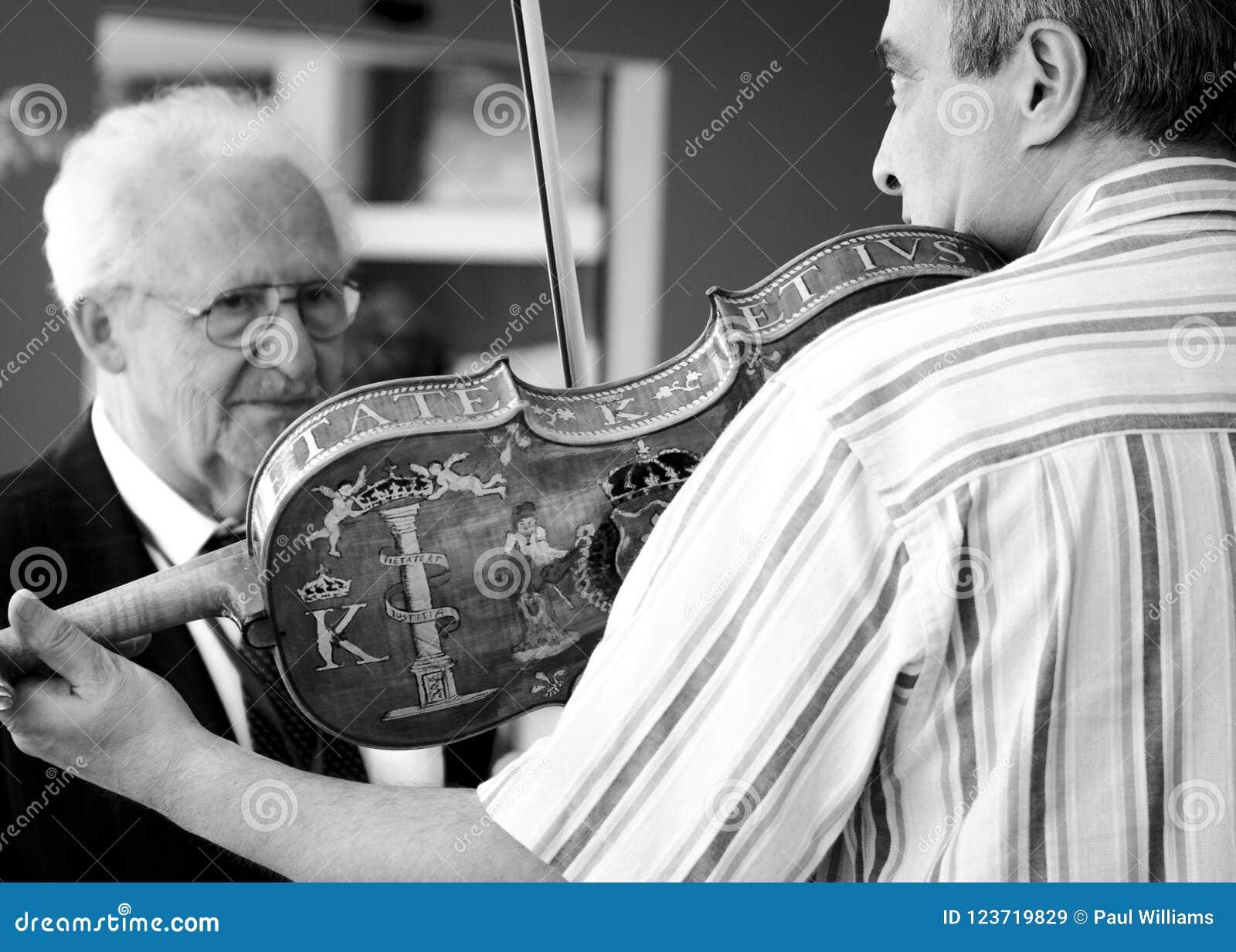 Demonstração feito à mão dos violinos em Bulgária