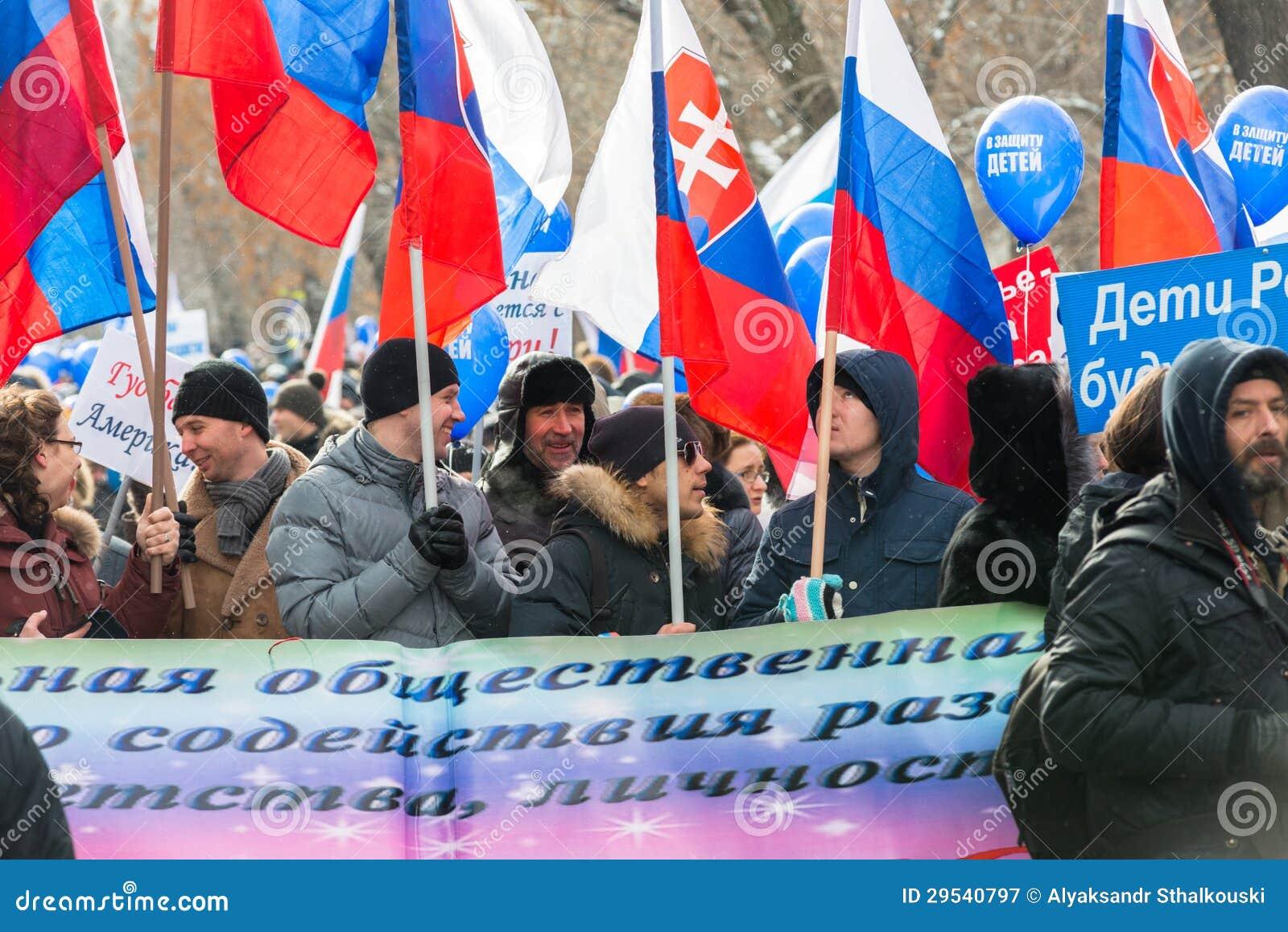 Demonstradores do russo na rua de Moscovo