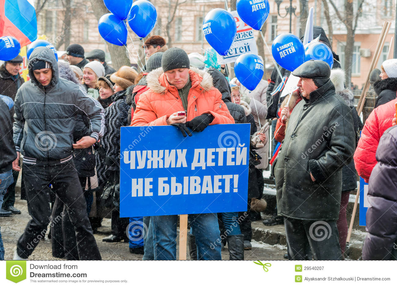Demonstradores do russo que guardaram o cartaz