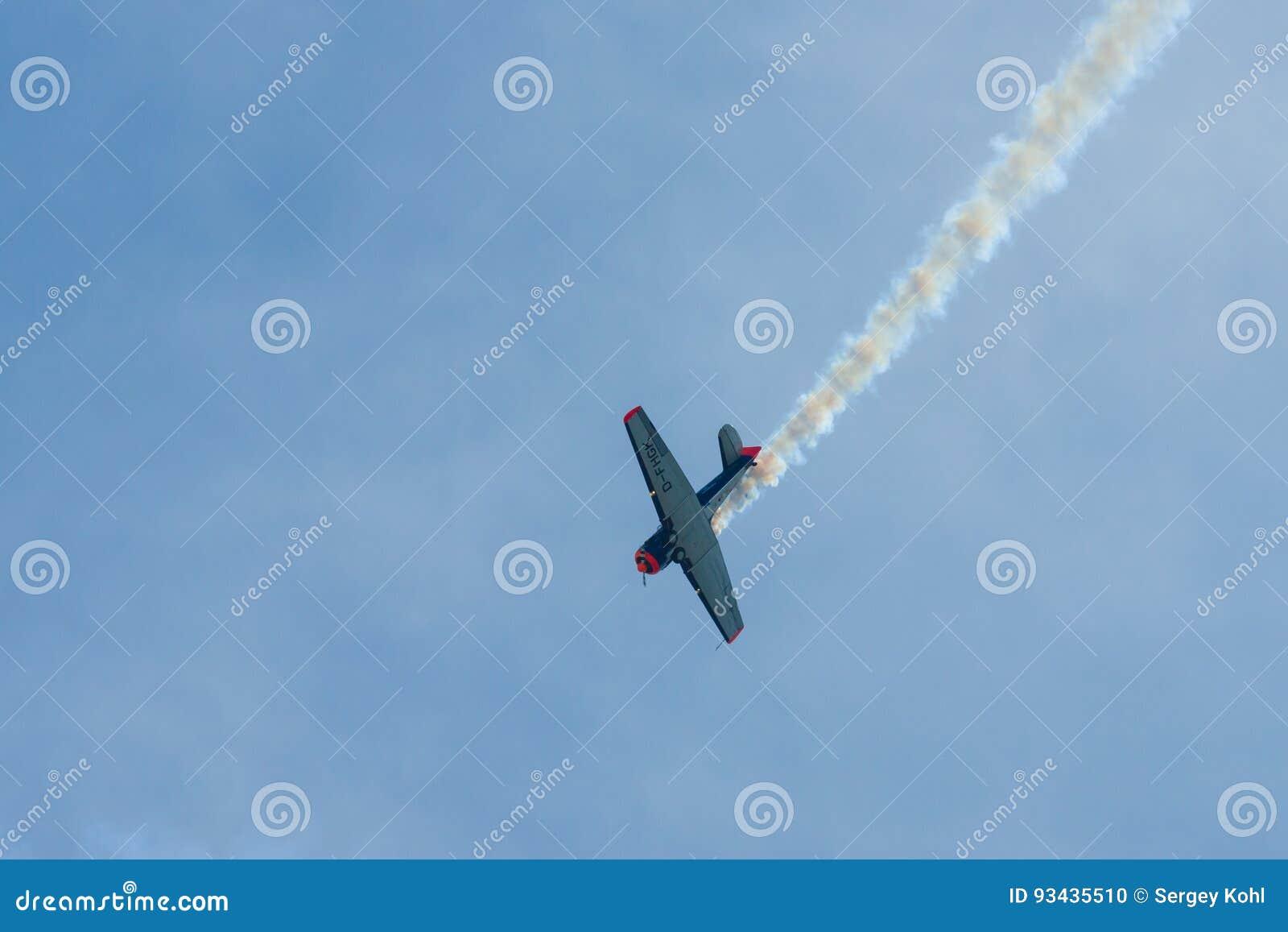 Demonstratievlucht van een single-engined geavanceerd trainervliegtuig Texan Noord-Amerikaan t-6