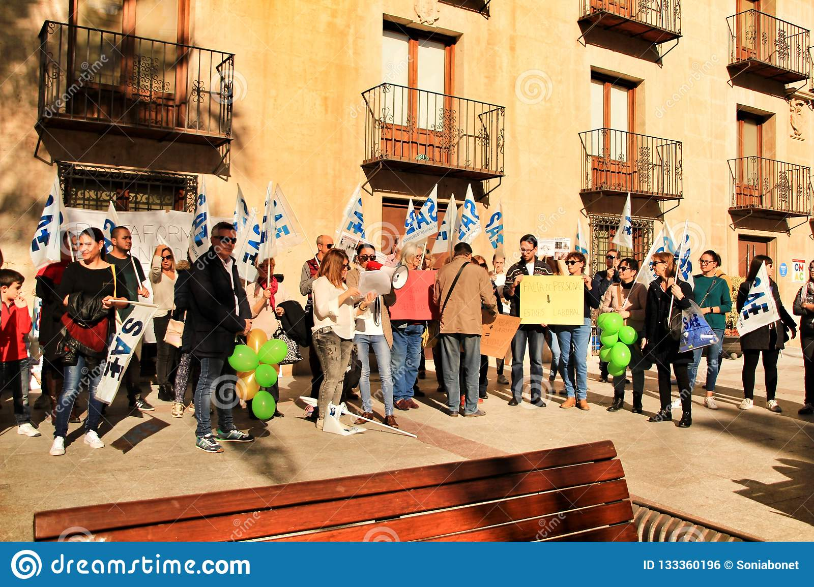 Demonstration against cuttings of sanitary personnel in Elche