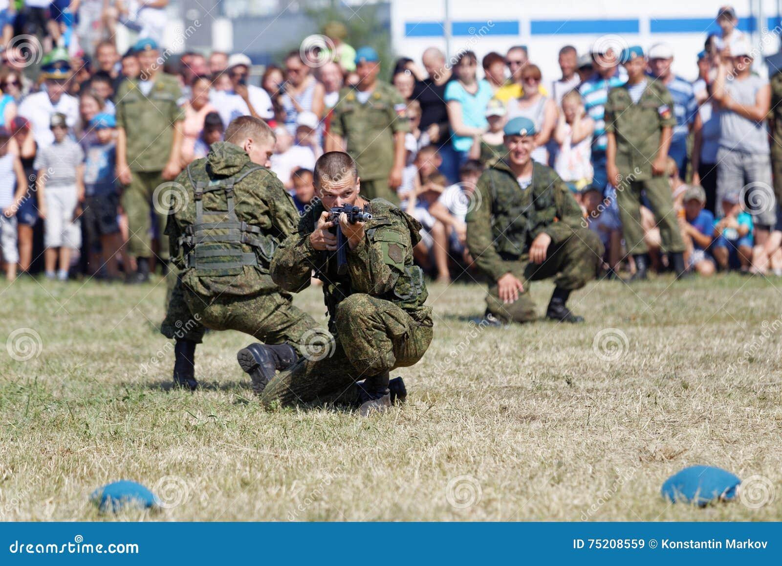 Demonstrationen von Soldaten während der Feier der zerstreuten Kräfte