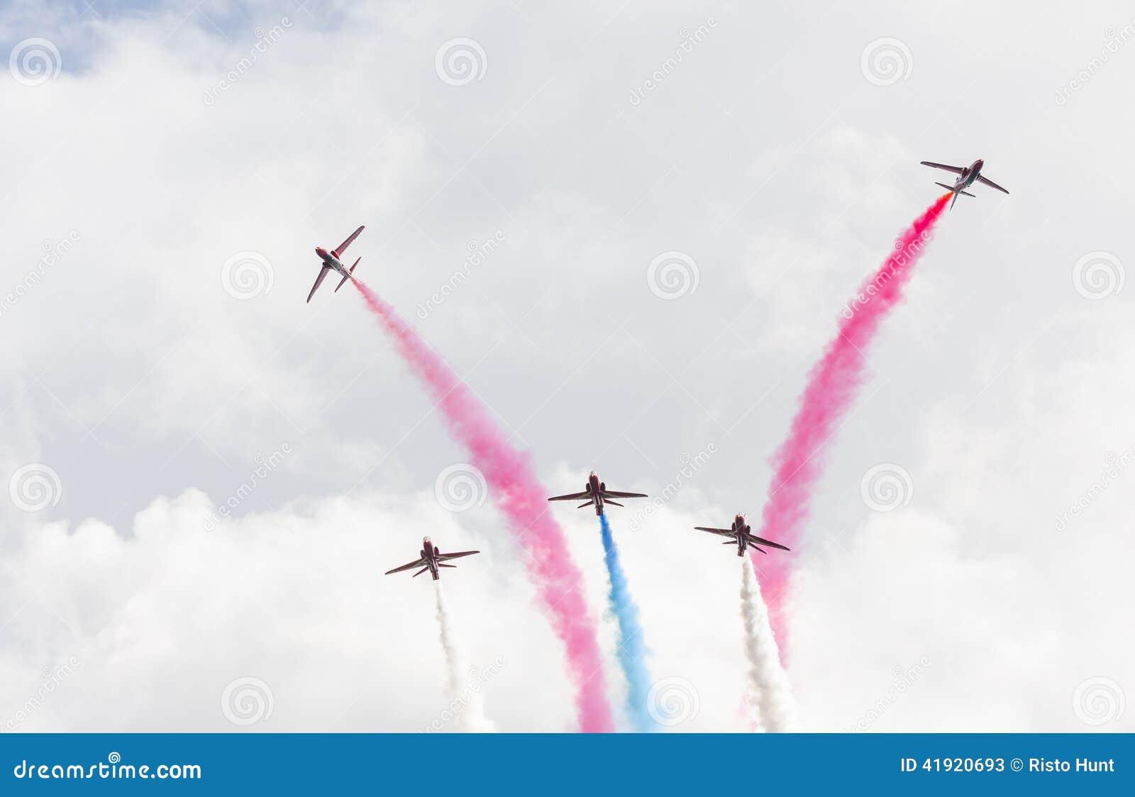 Demostración aeroacrobacia del vuelo de la flecha roja en Tallinn, Estonia