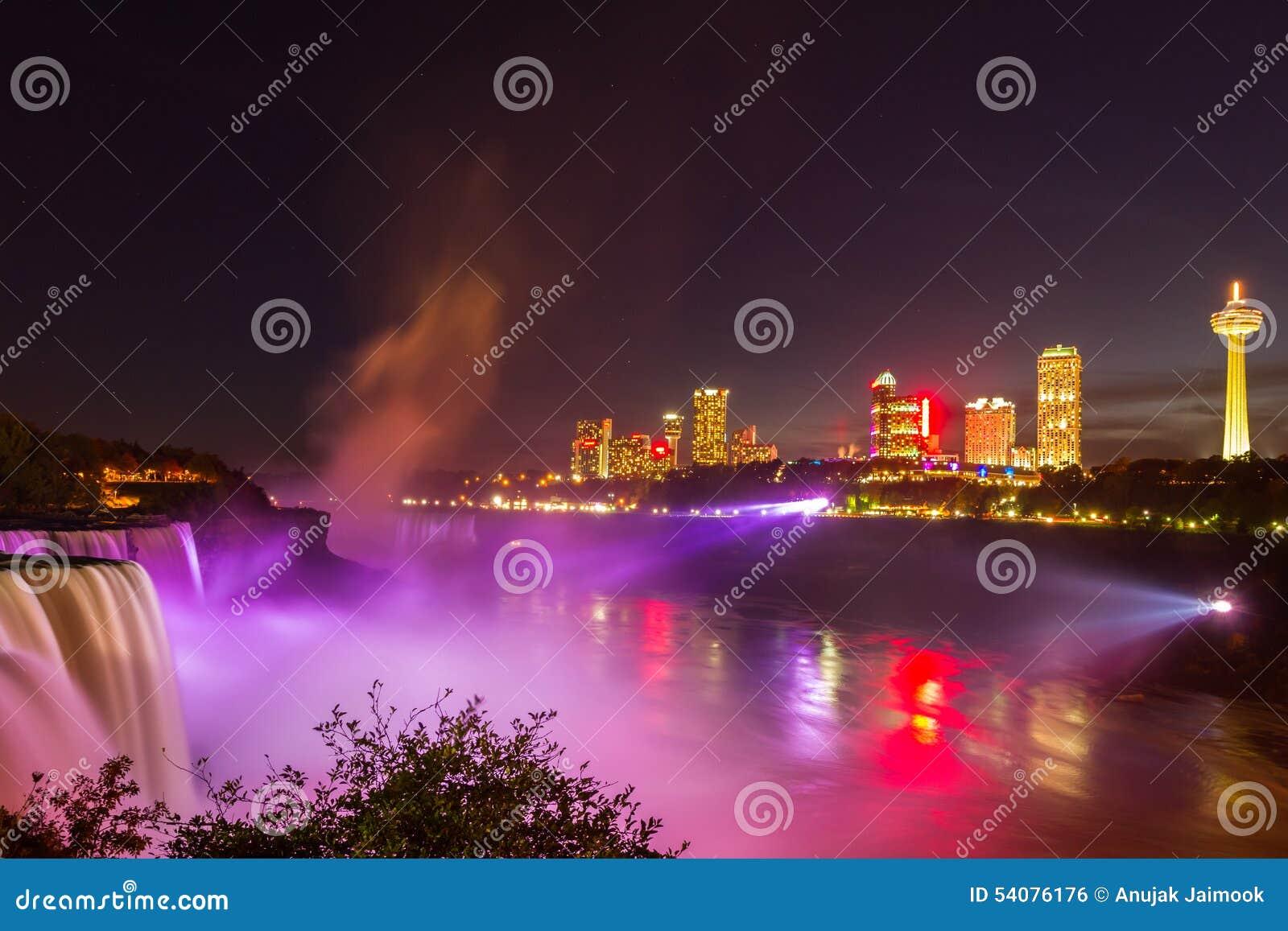 Demostración de la luz de Niagara Falls en la noche, los E.E.U.U.