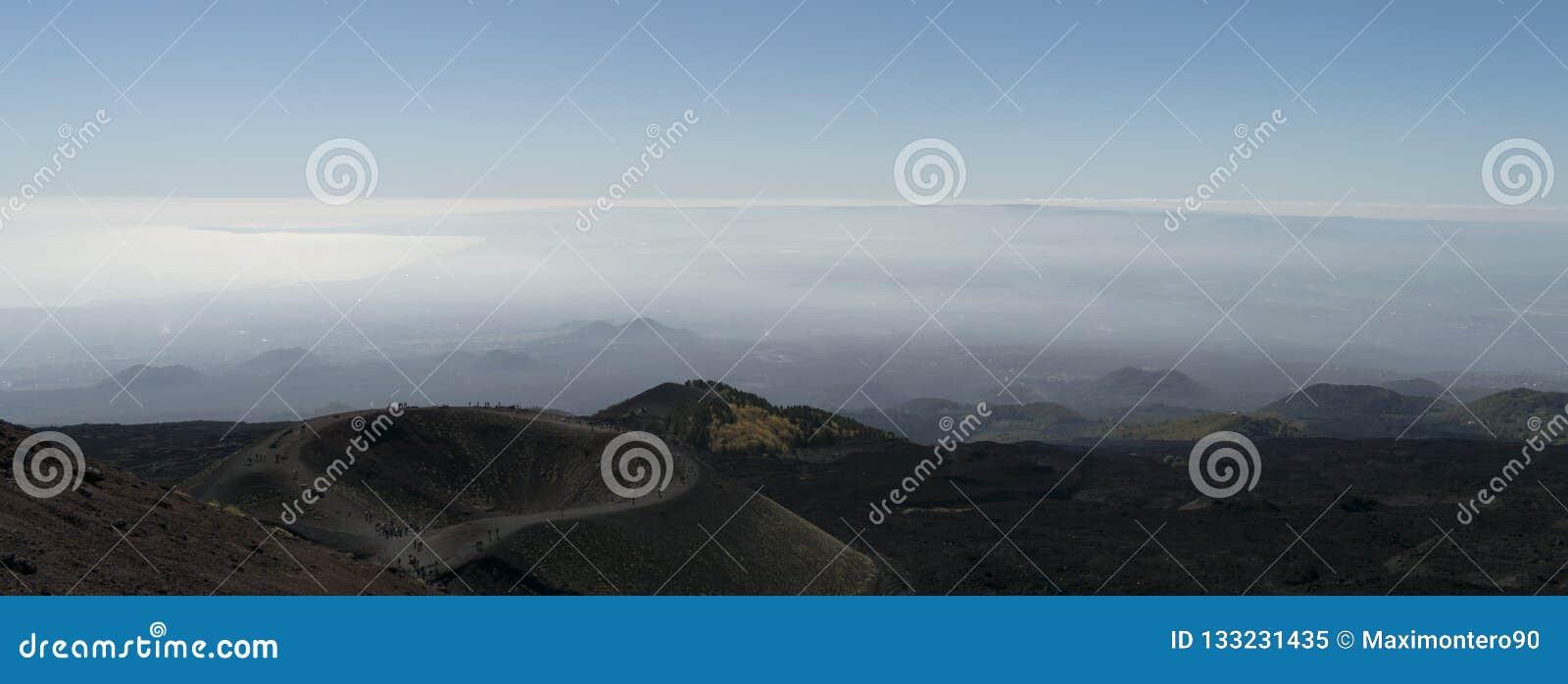 Demostración del Mt Etna Panorama un cráter y con las nubes en el fondo