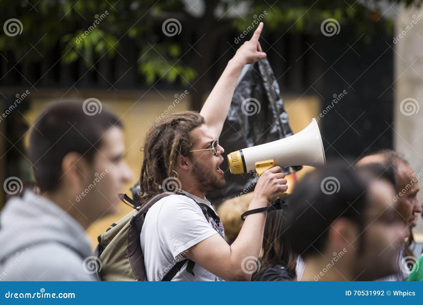 Demostrator z megafonem protestuje przeciw surowość cięciom