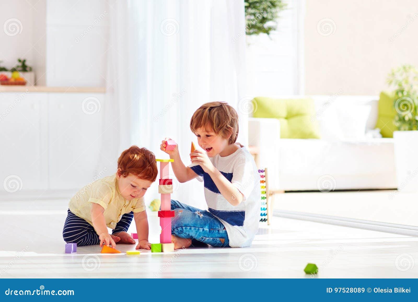 Den äldre brodern som spelar med junior, behandla som ett barn pojken hemma