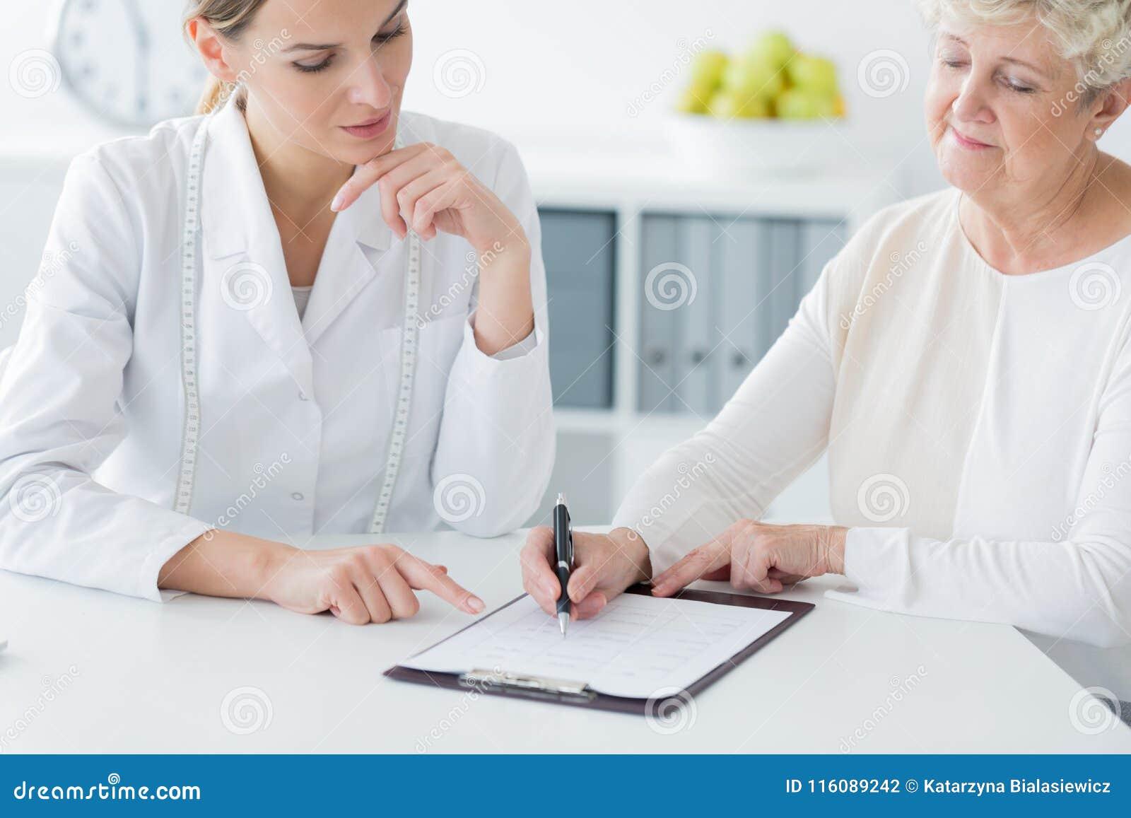 Den äldre kvinnan som väljer, bantar plan
