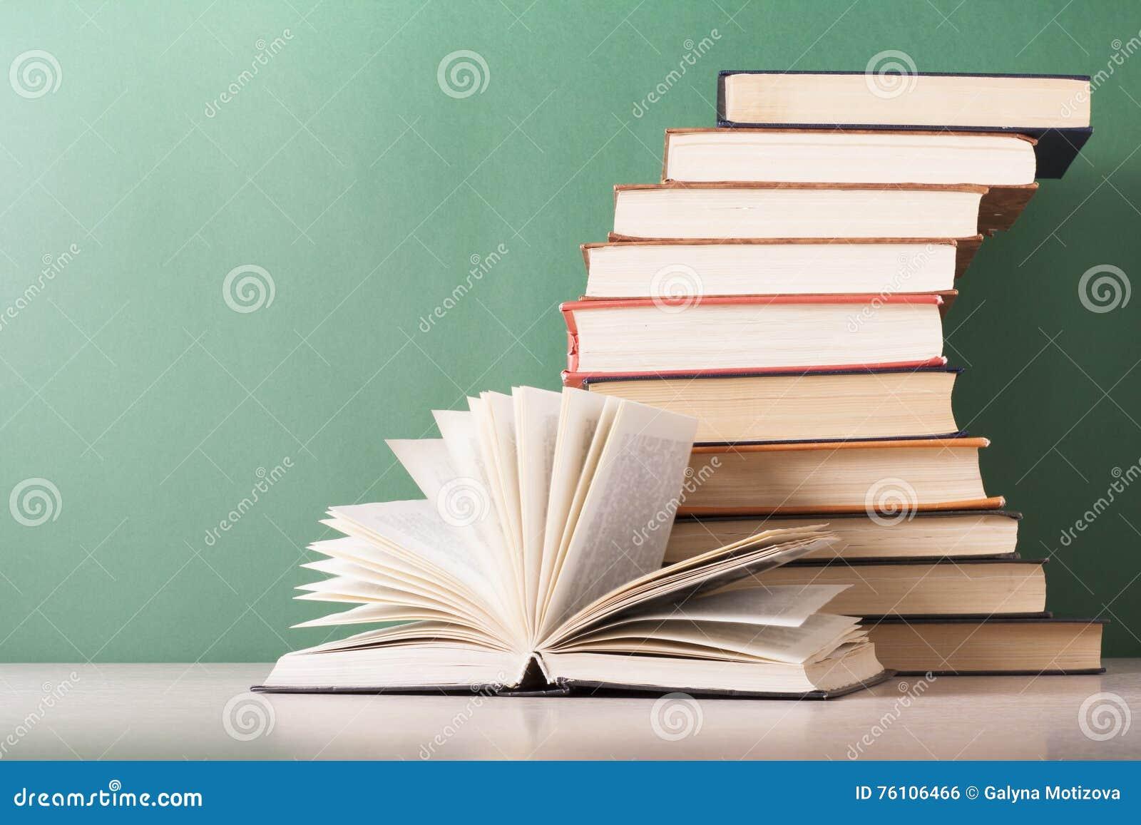 Den öppna boken, inbunden bok bokar på trätabellen sax och blyertspennor på bakgrunden av kraft papper tillbaka skola till Kopier