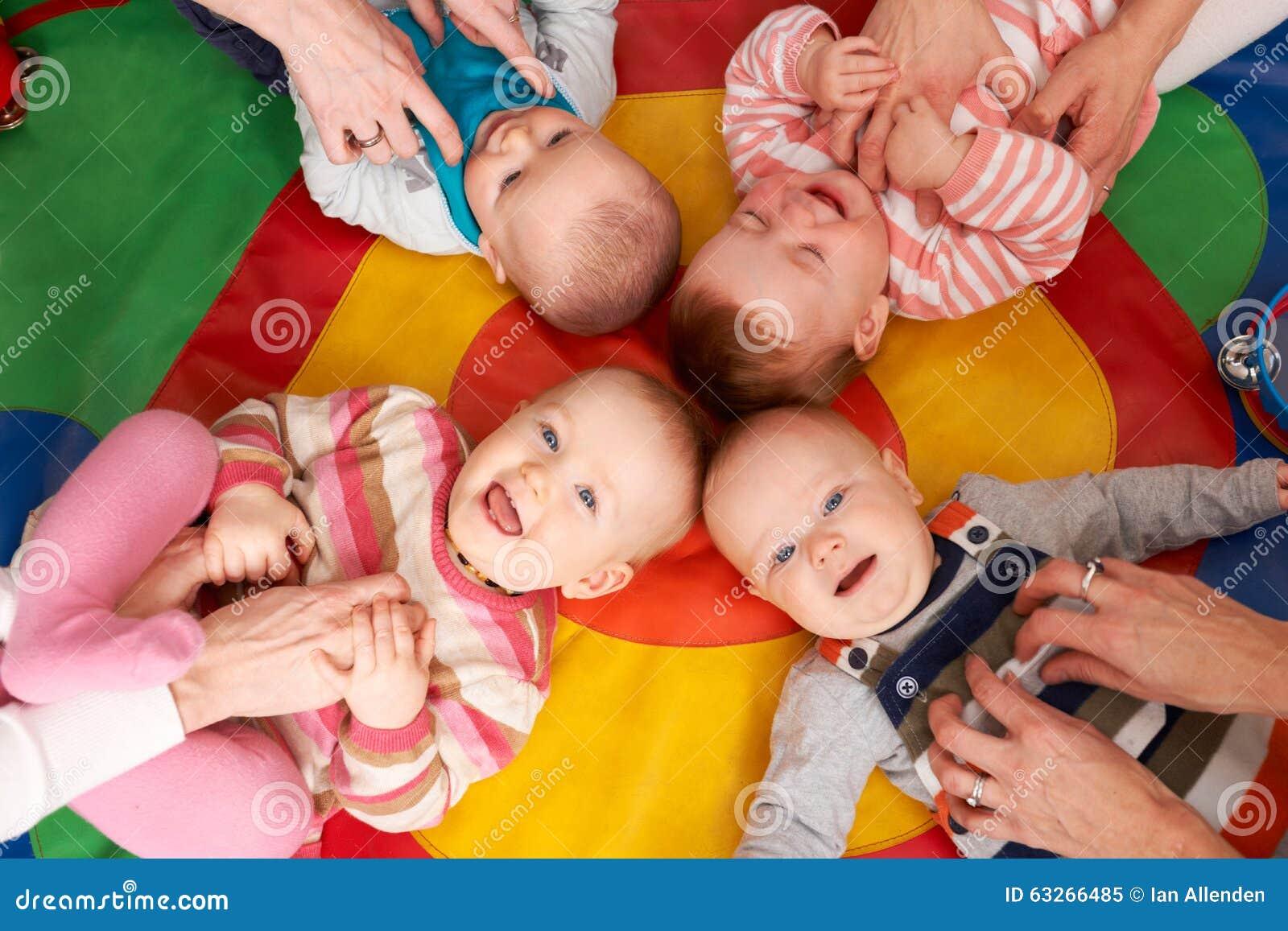 Den över huvudet sikten av behandla som ett barn ha gyckel på barnkammaren Playgroup