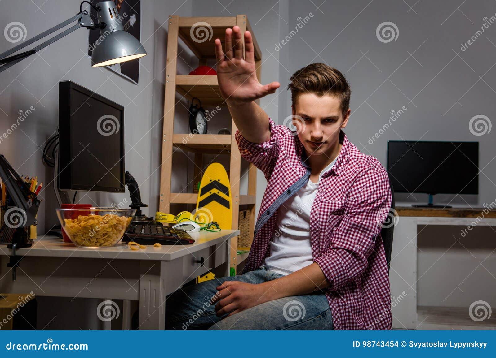 Den aggressiva tonårs- pojken rätar ut upp handen