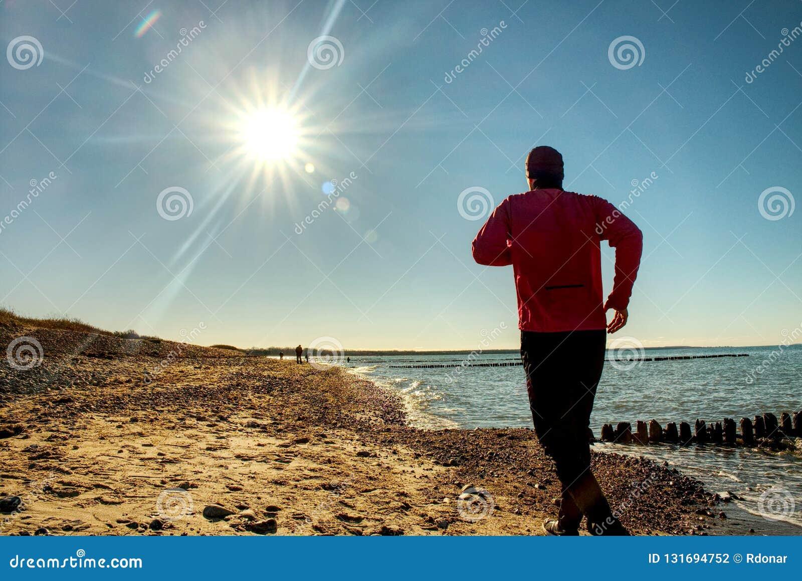 Den aktiva mannen kör på sjön Semestrar för begrepp för livsstil för loppaffärsföretag sunda, idrotts- person