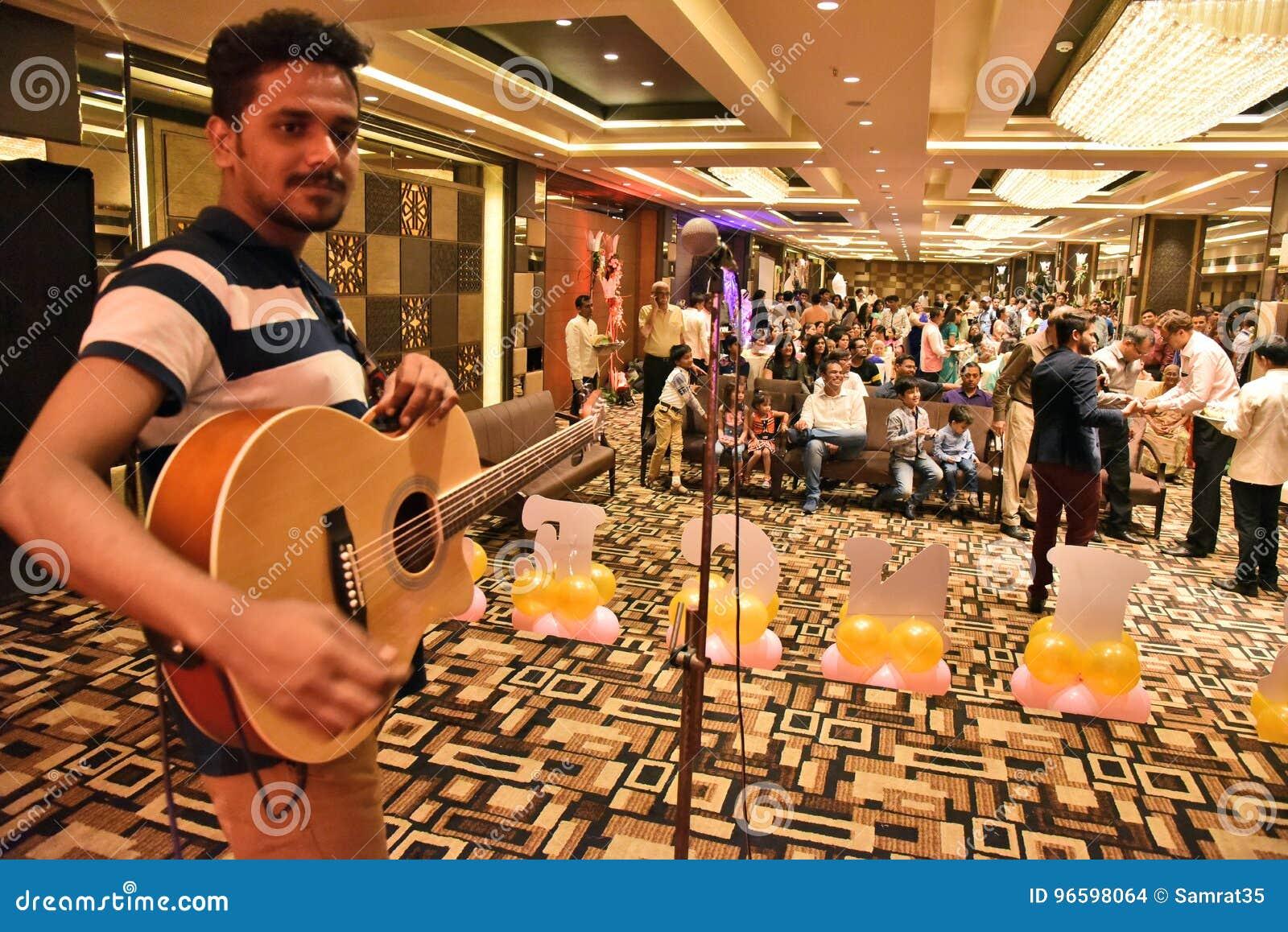 Den akustiska detaljgitarrgitarristen hands instrumant musikaliskt leka för aktör