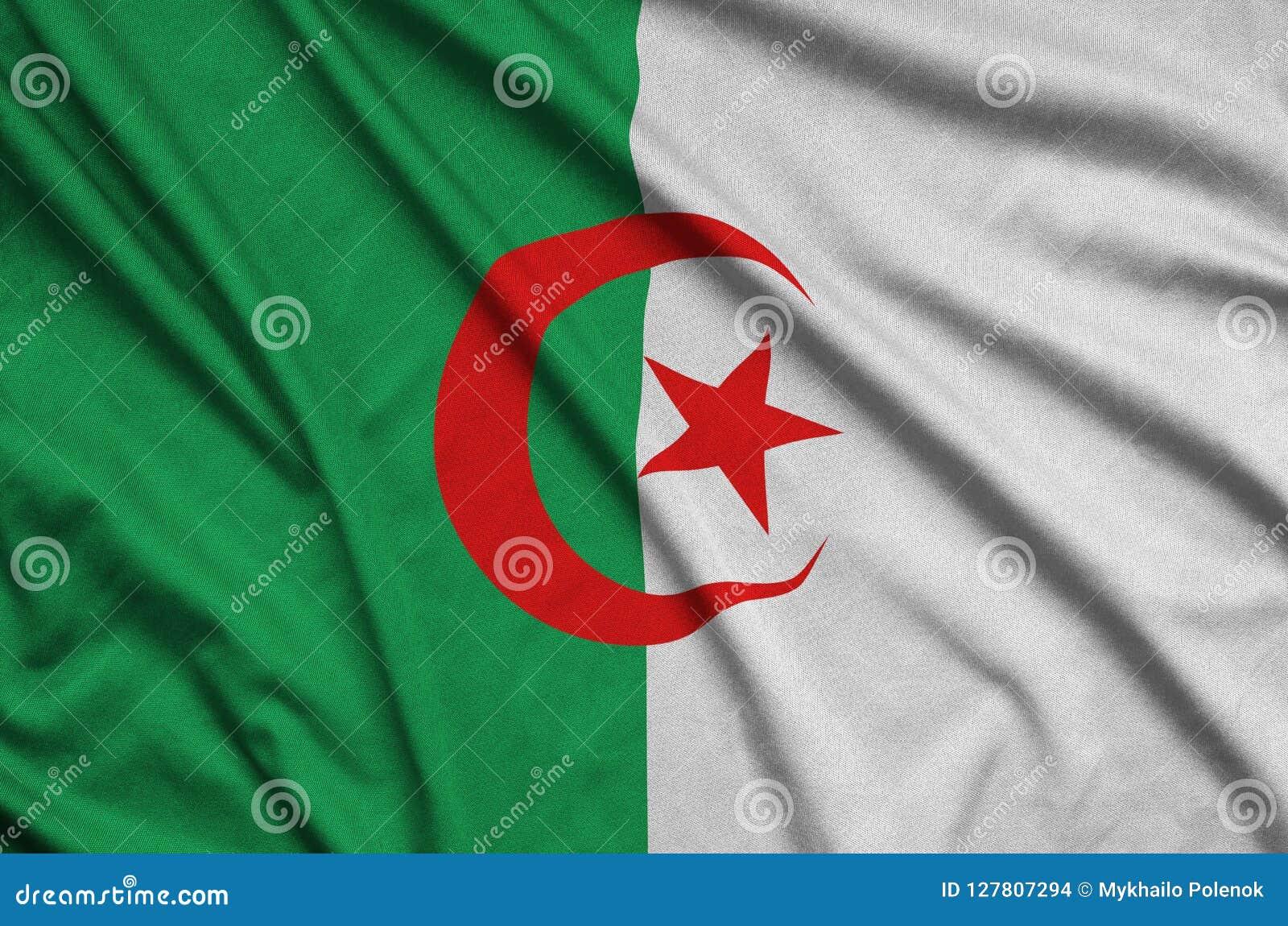 Den Algeriet flaggan visas på ett sporttorkduketyg med många veck Baner för sportlag