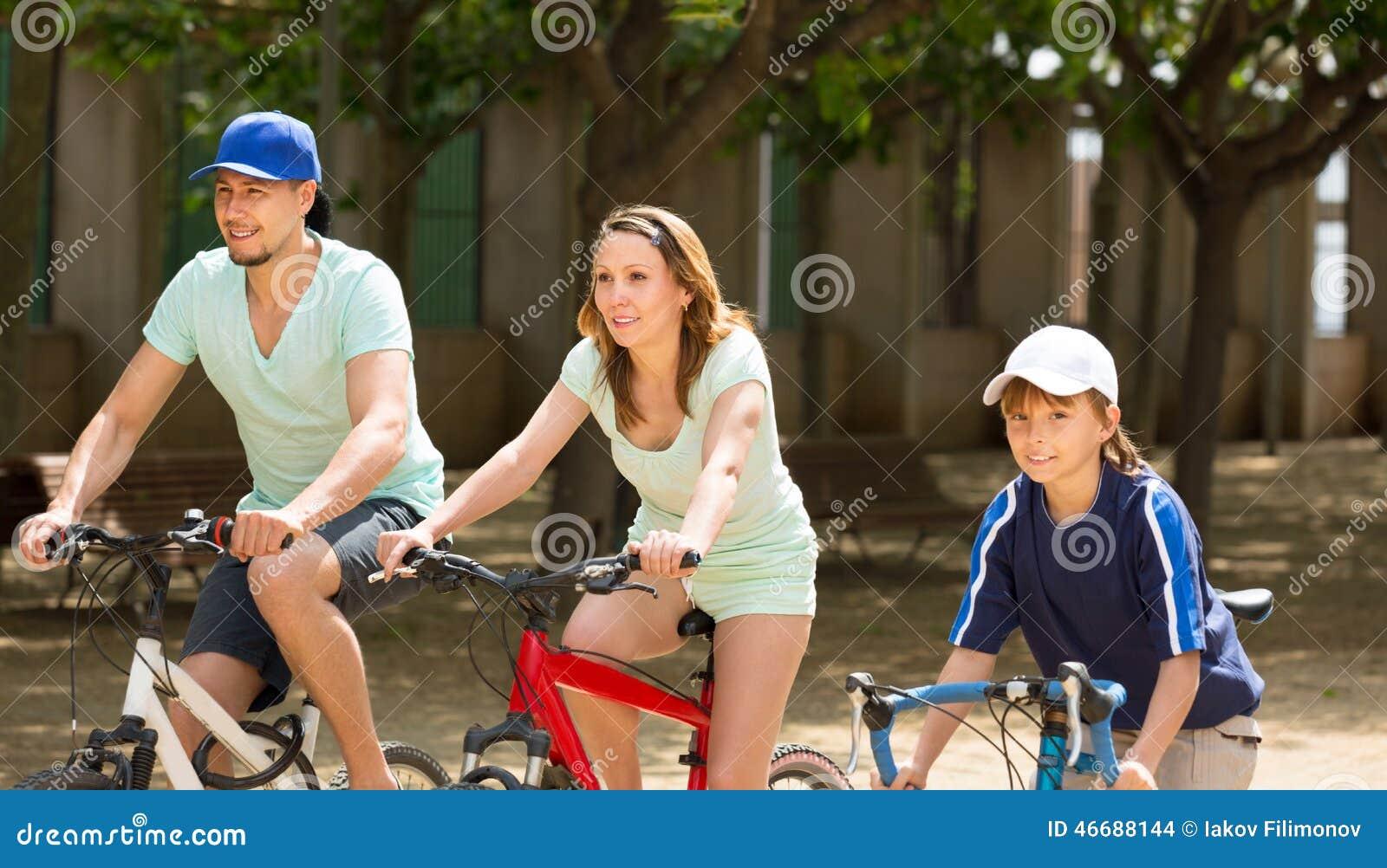 Den amerikanska familjridningen cyklar parkerar in samhörighetskänsla