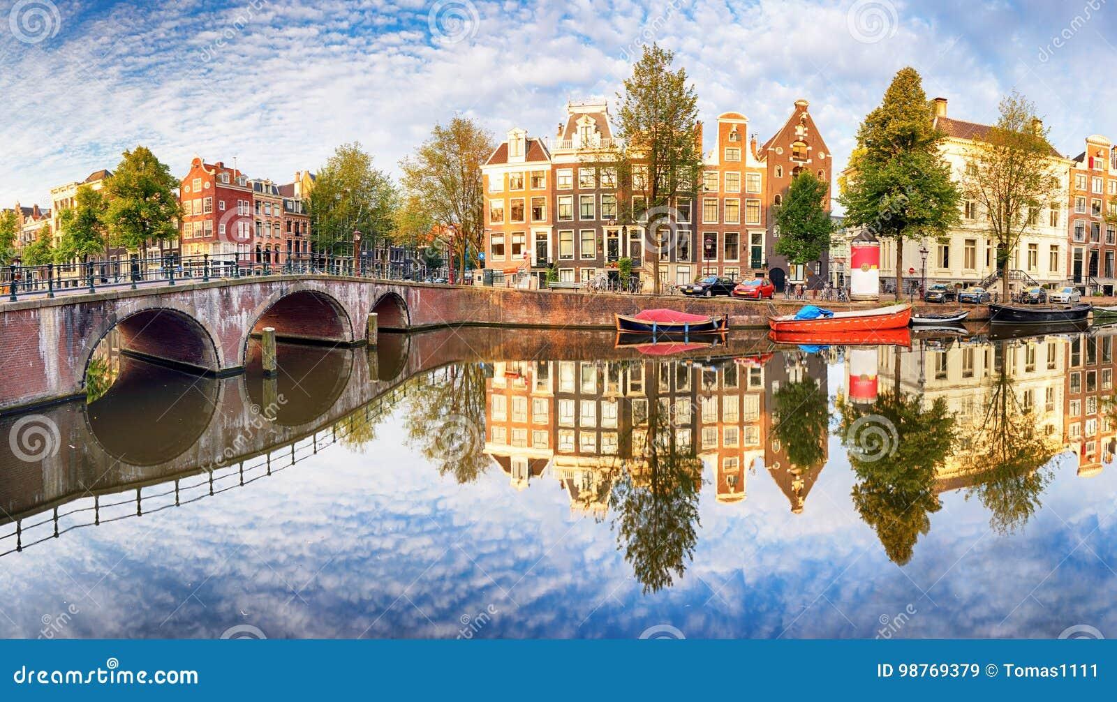 Den Amsterdam kanalen inhyser vibrerande reflexioner, Nederländerna, panora