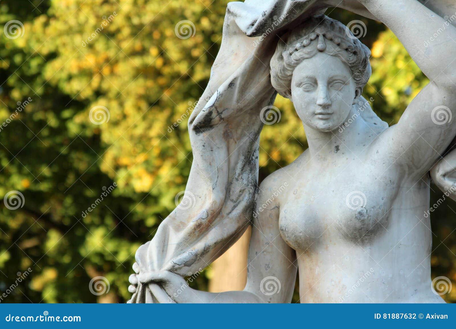 Den antika stenstatyn av gudinnan Galatea i Catherinen parkerar, Pushkin, St Petersburg