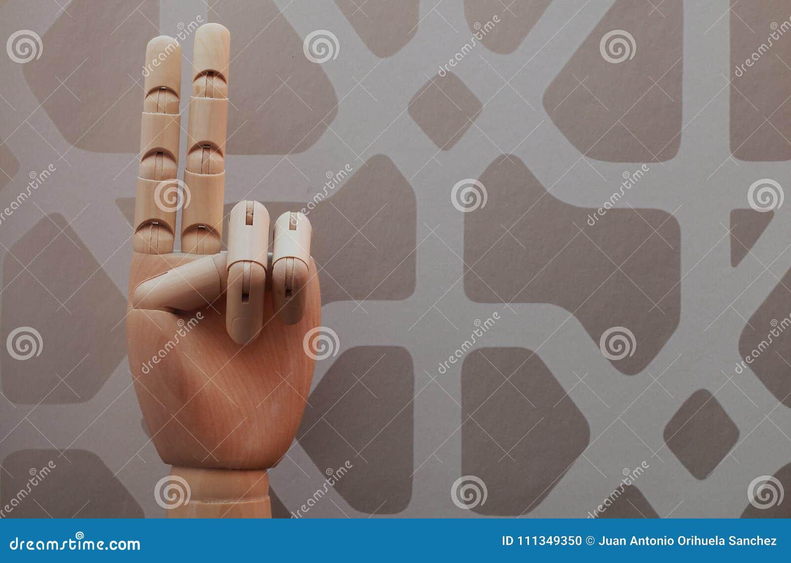 Den artikulerade trähanden med två fingrar lyftte i allusion till nummer två