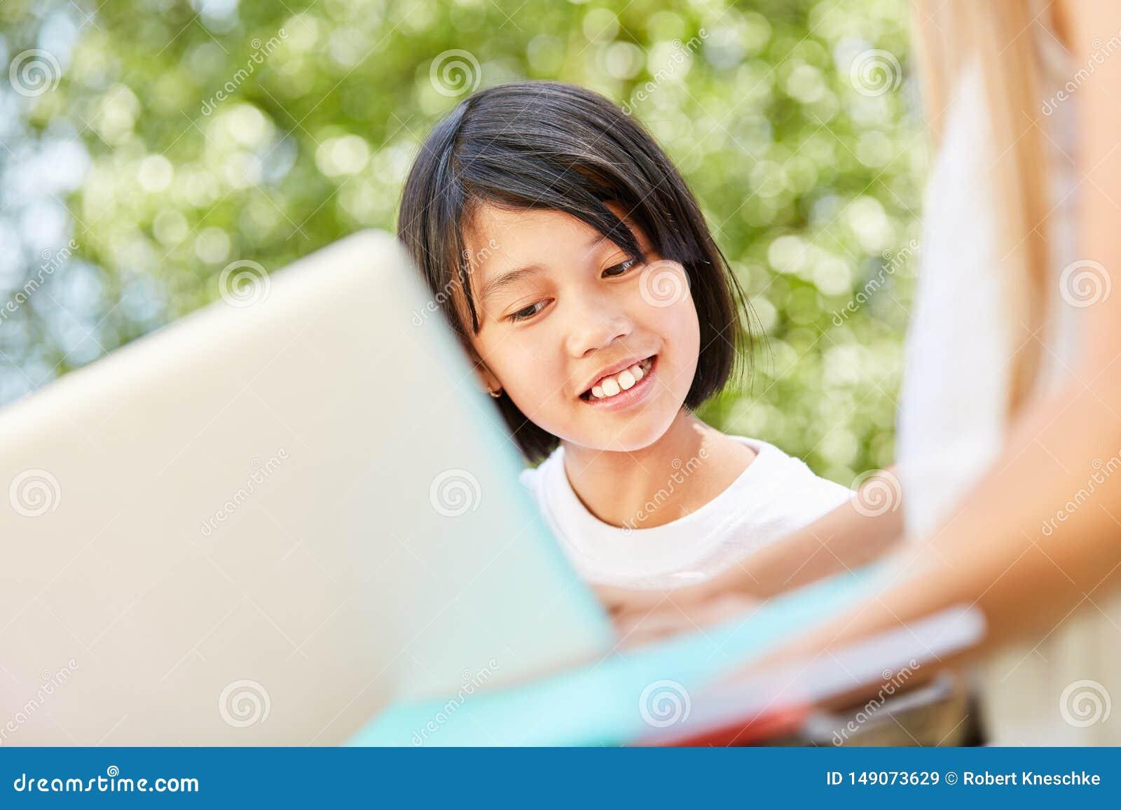 Den asiatiska flickan anv?nder en datorapp