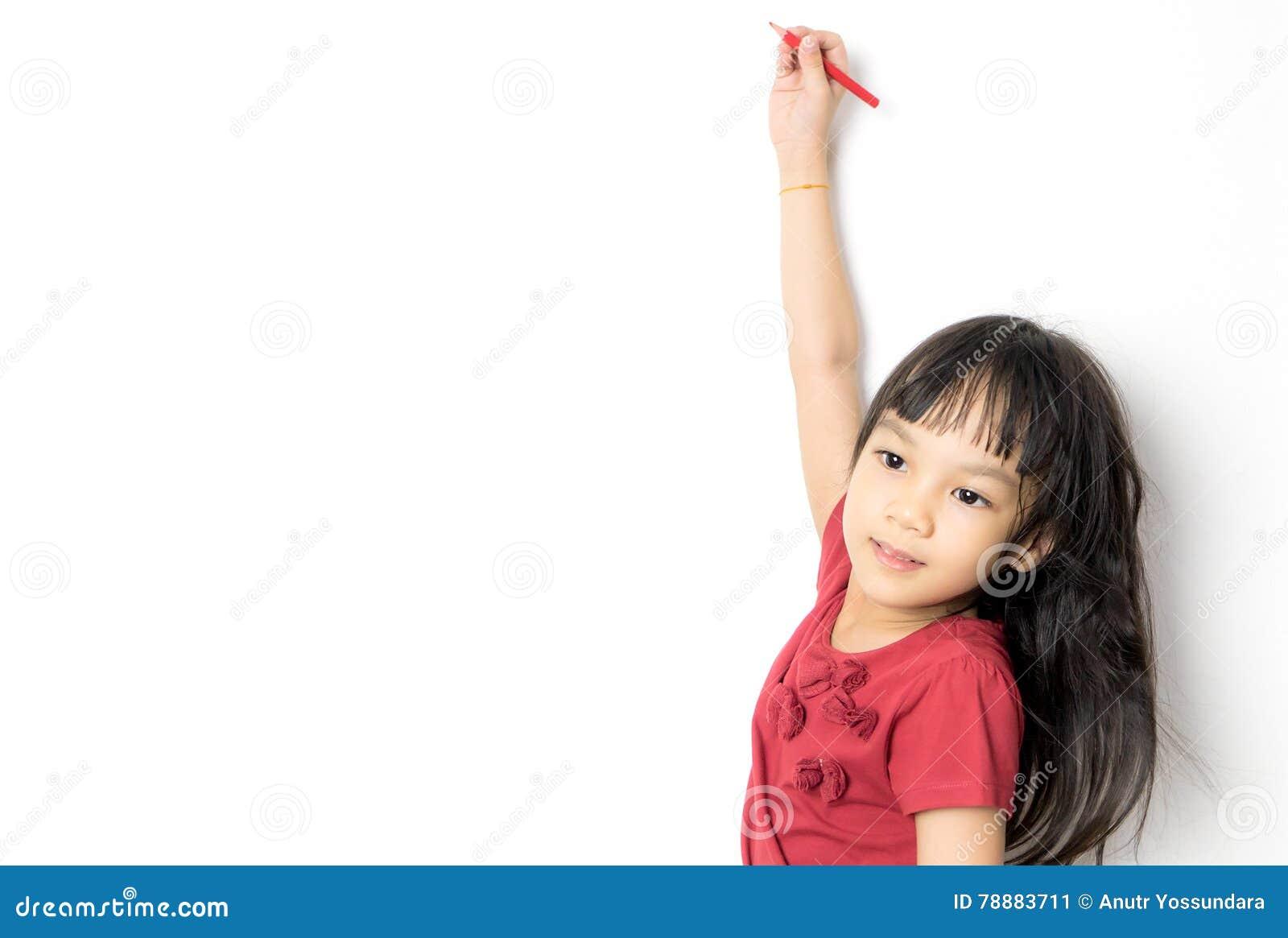 Den asiatiska flickan skriver på en vit bakgrund