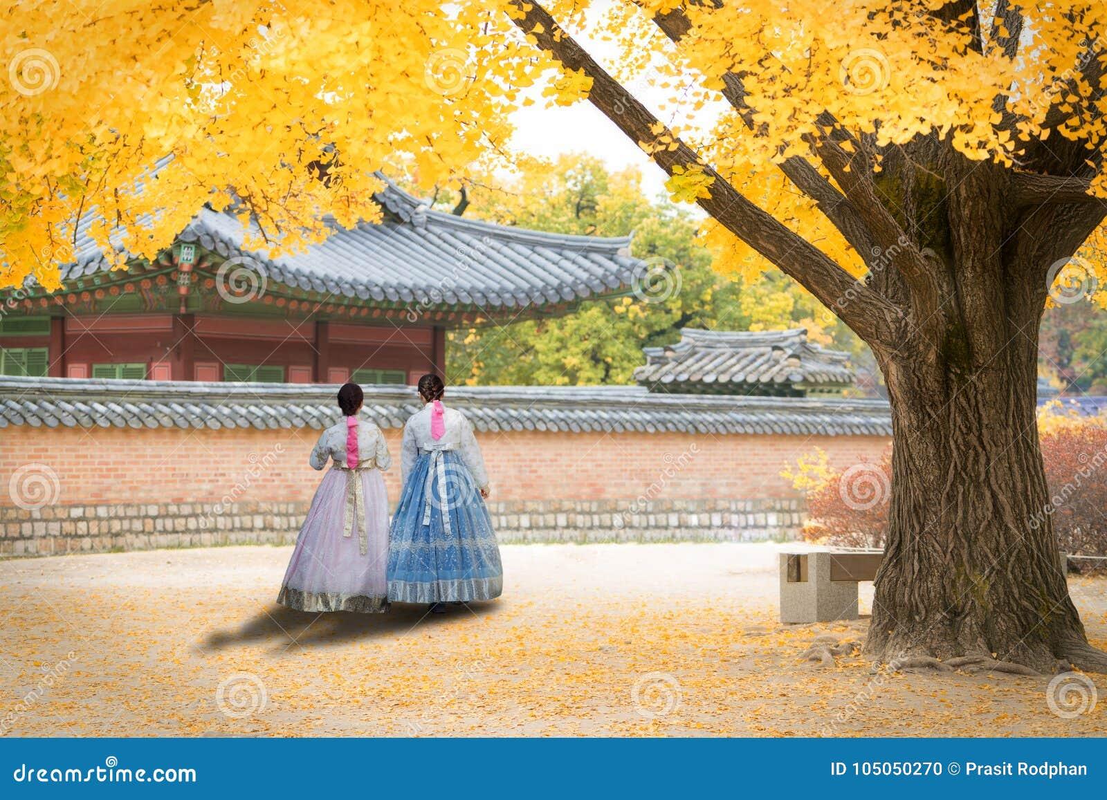 Den asiatiska koreanska kvinnan klädde Hanbok i traditionell klänning som går I