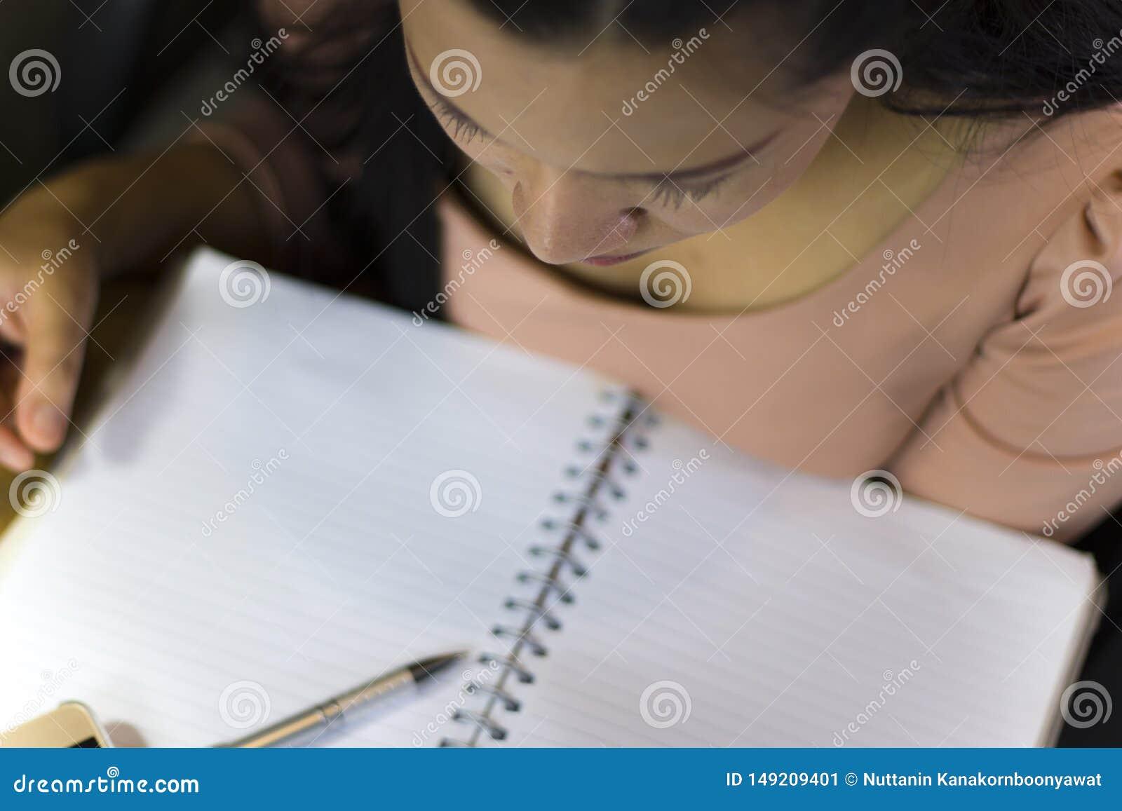 Den asiatiska kvinnaarbetaren som lider fr?n men, tr?tthet, sm?rtar p? halsen, muskel, belastade under att arbeta med b?rbara dat