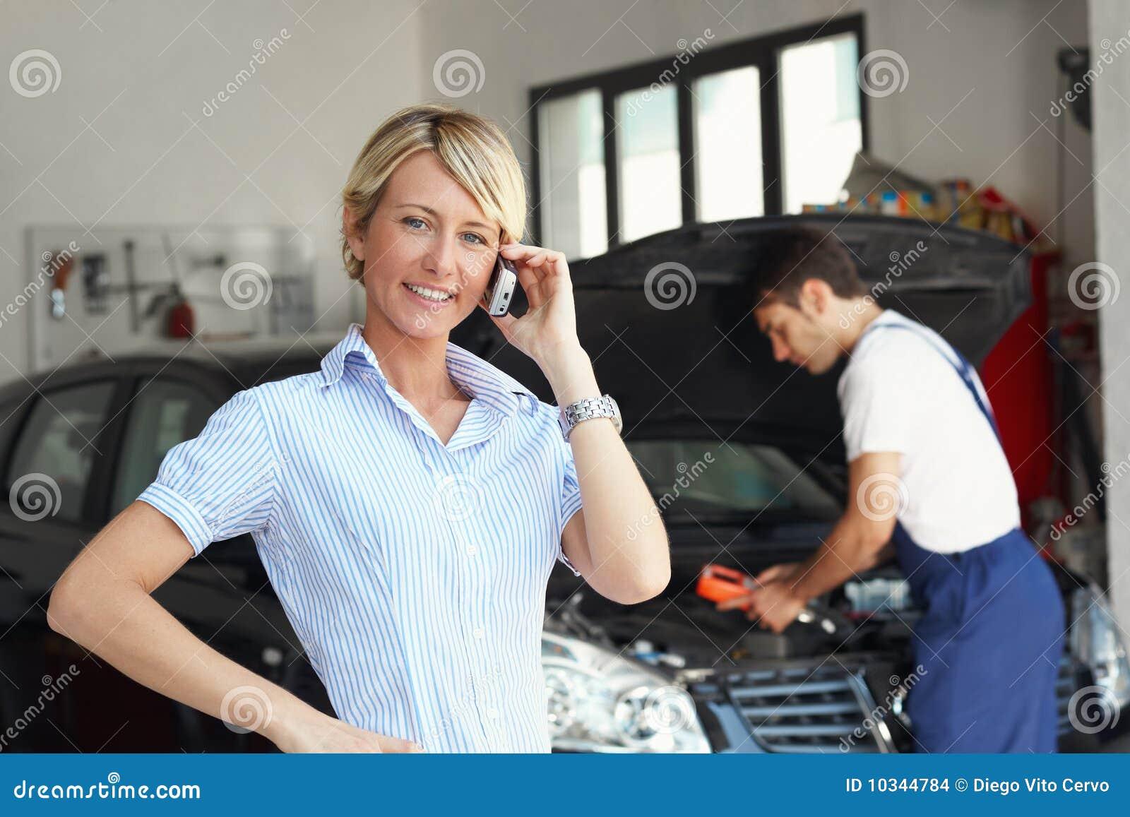 Den auto reparationen shoppar kvinnan