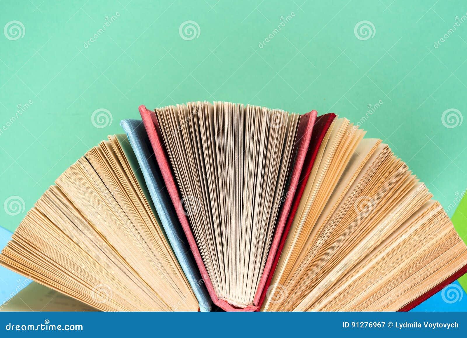 Den bästa sikten av den ljusa färgrika inbundna boken bokar i en cirkel