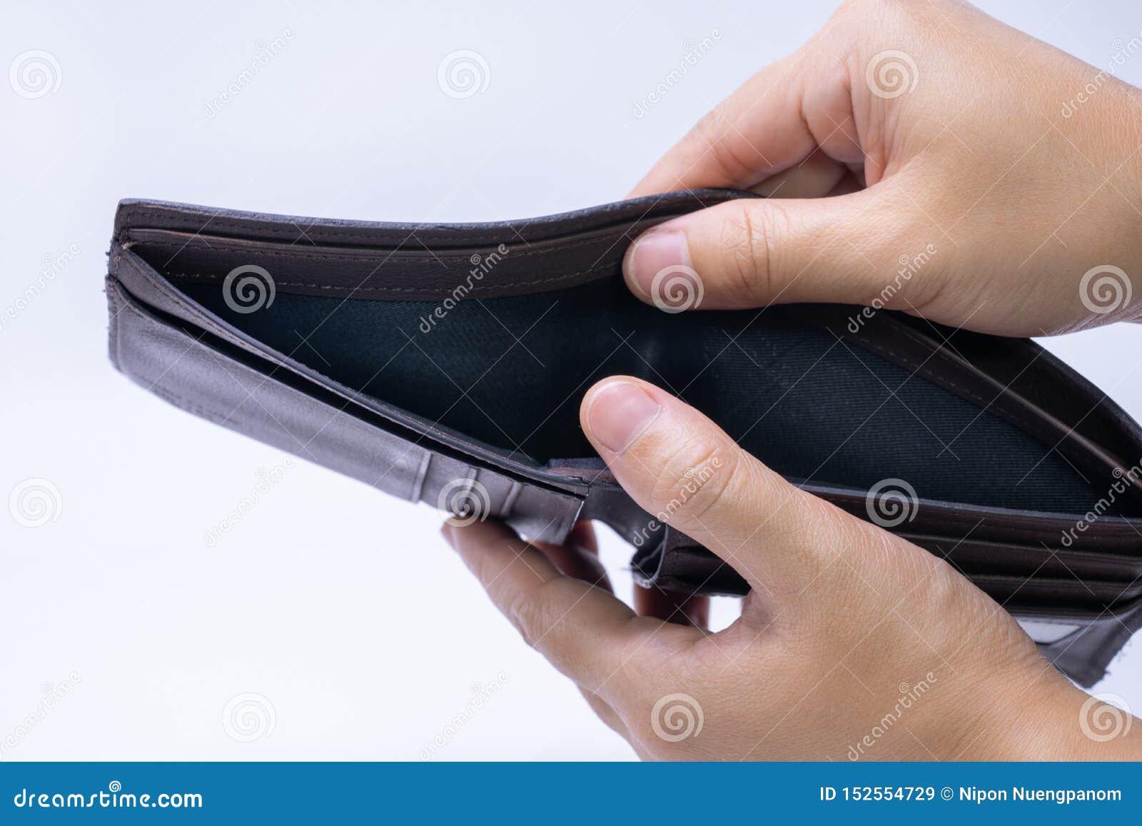 Den bästa sikten av händer som öppnar ett tomt, piskar plånboken