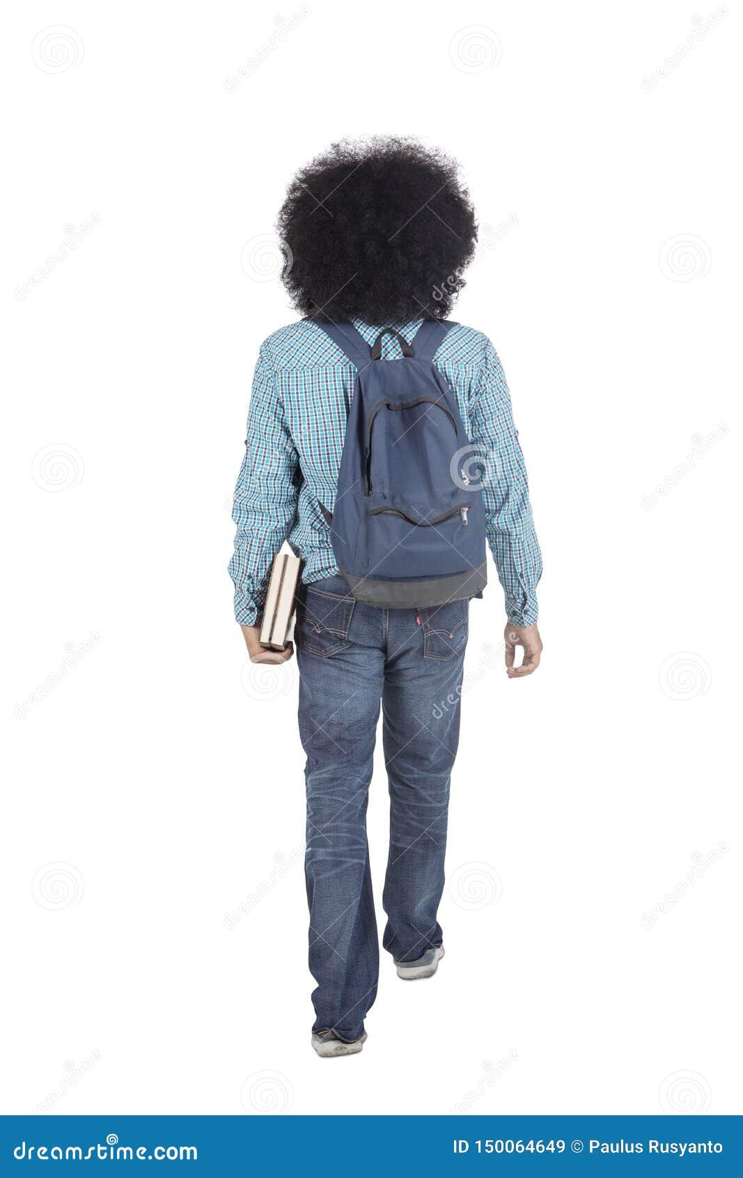 Den bakre sikten av den afro- högskolestudenten går på studio