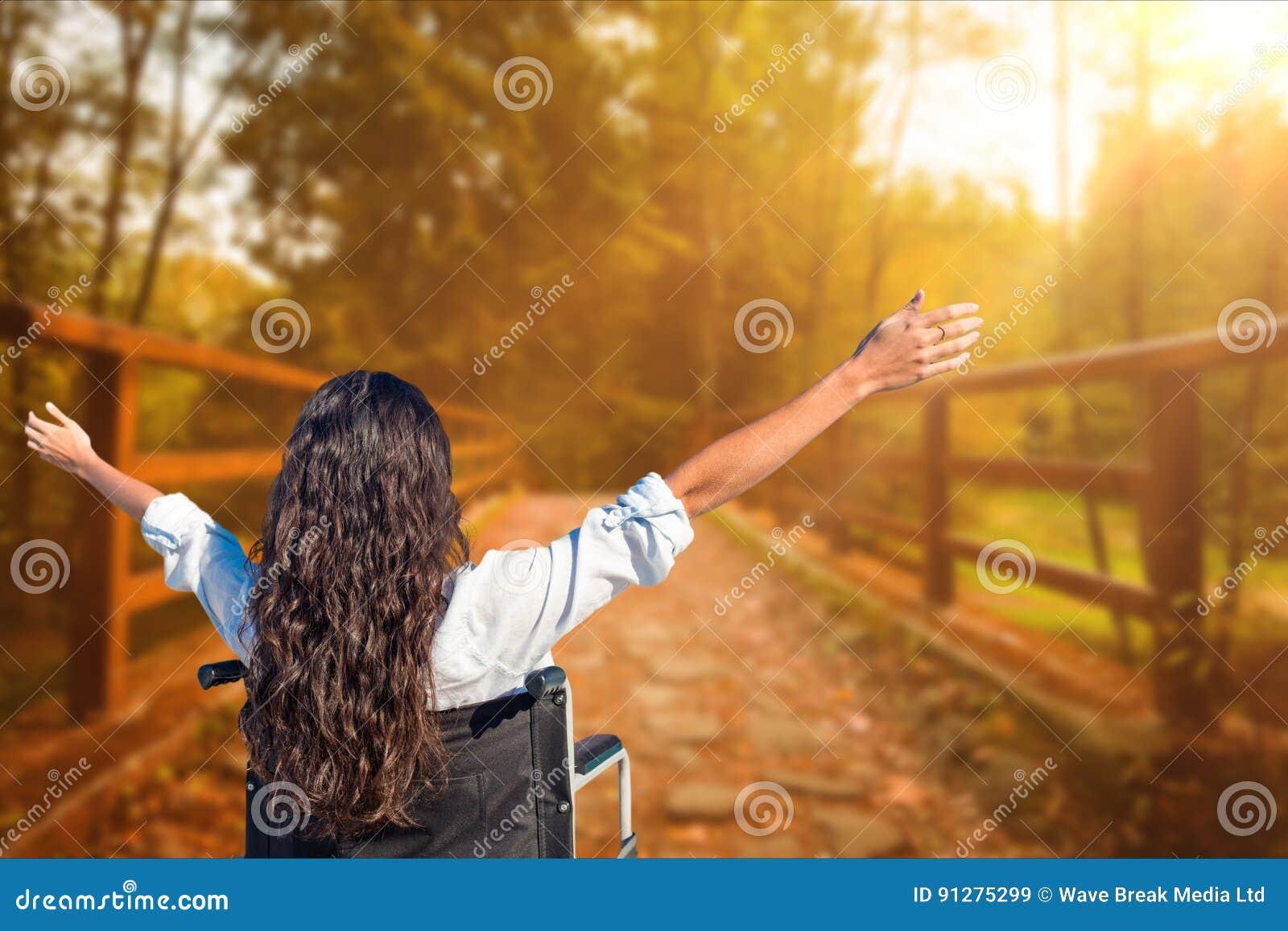 Den bakre sikten av den bekymmerslösa kvinnan i hjulstol på parkerar