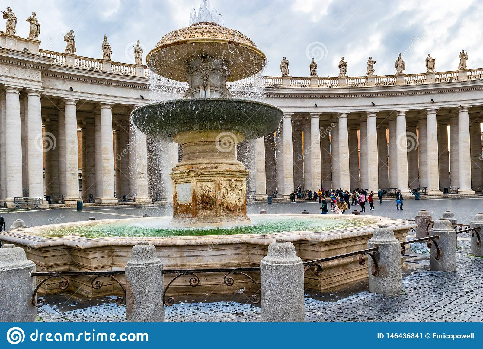 Den Bernini springbrunnen i Sts Peter fyrkant, Vatican City, Rome