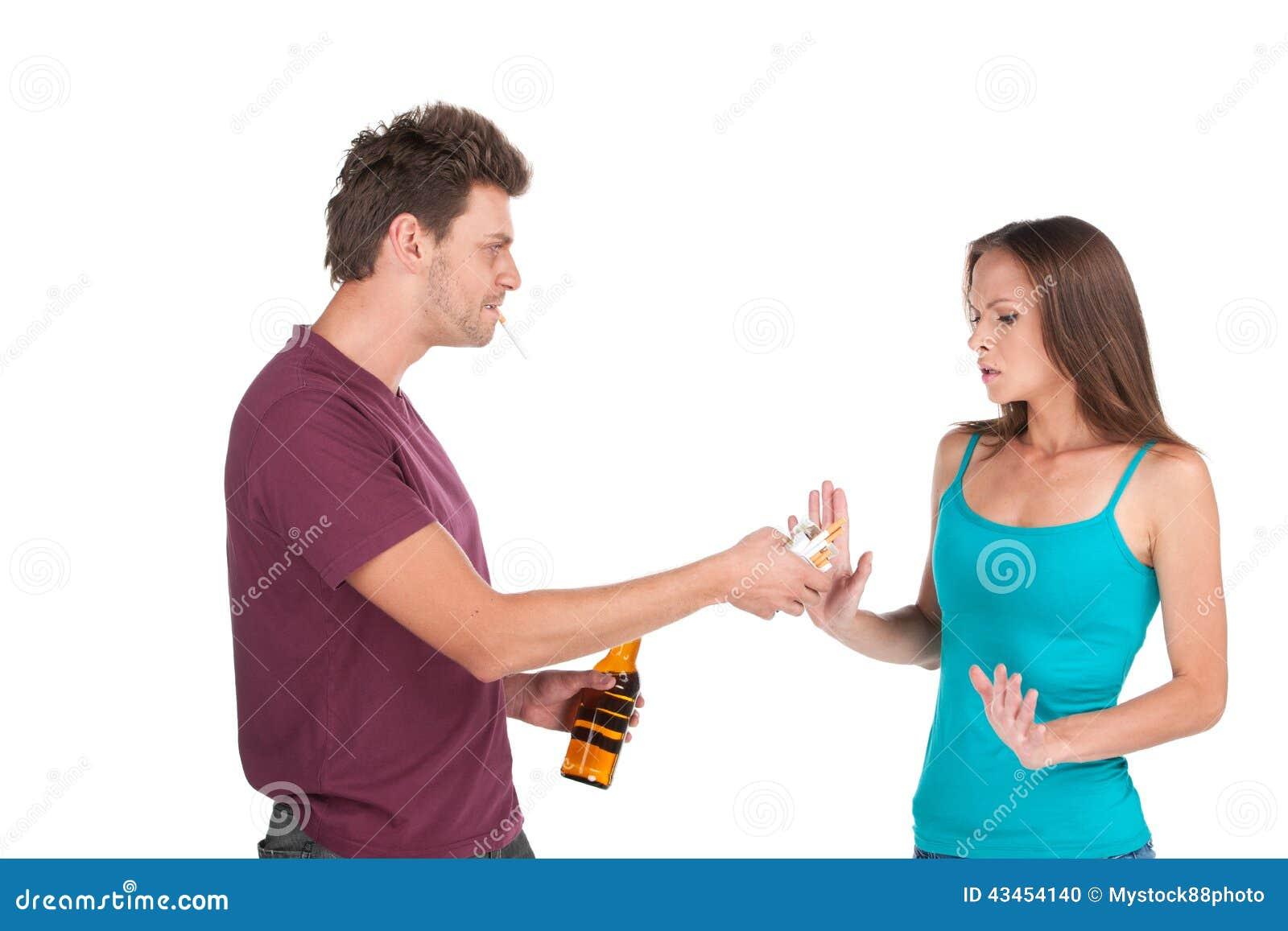 Den berusade mannen ger alkohol till flickan