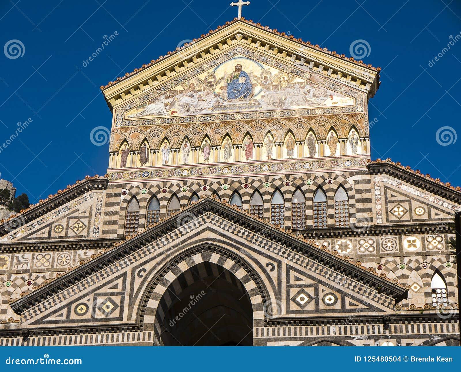 Den blänka domkyrkan för St Andrew ` s i Amalfi
