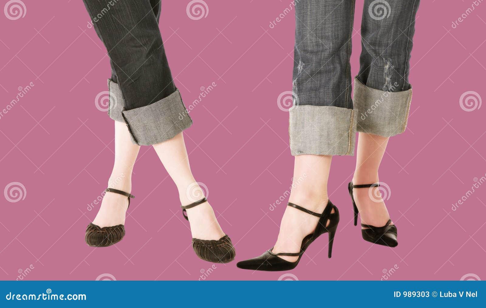 Den blåa foten jeans piskar moderiktiga skor
