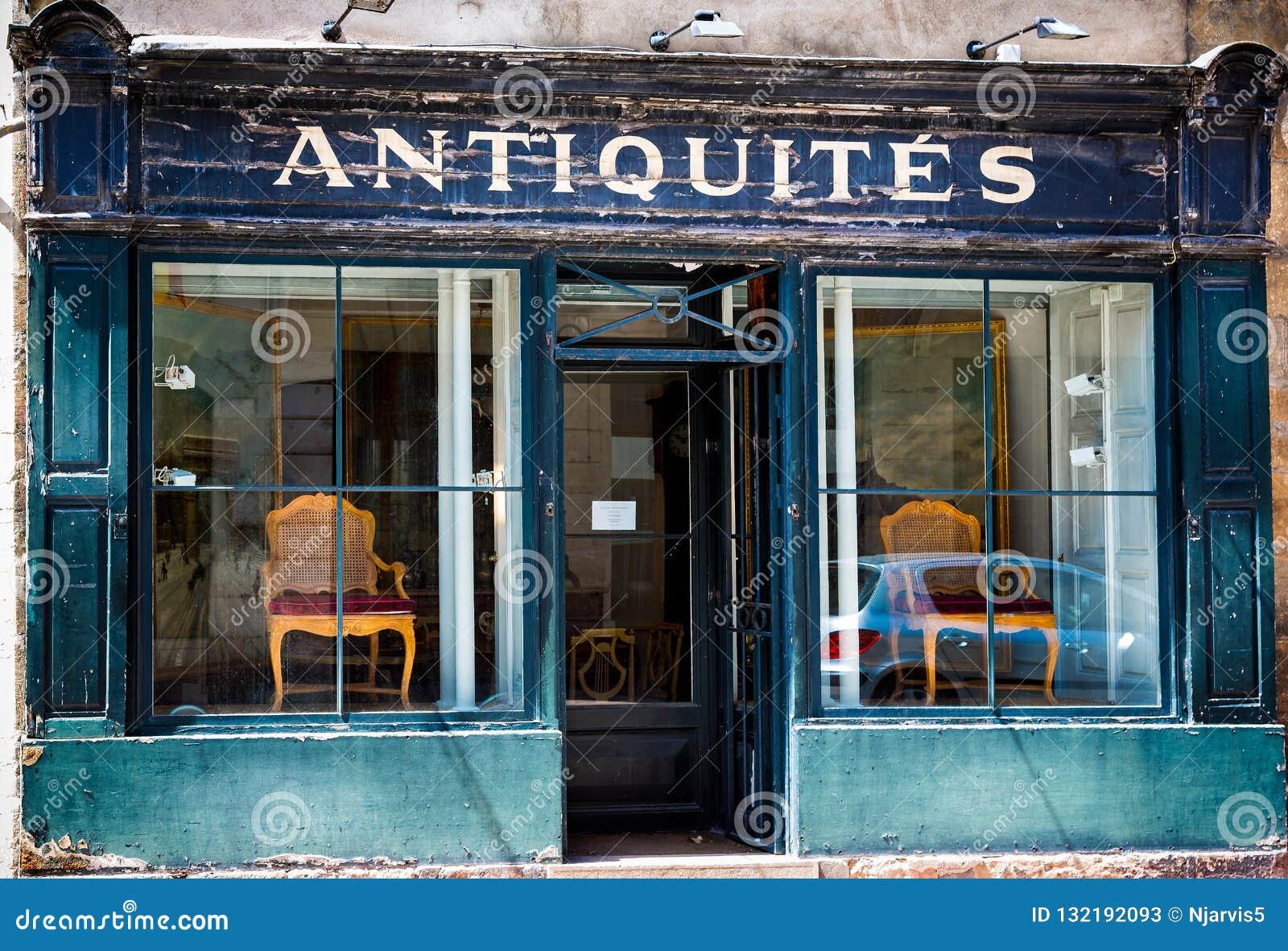 Den blåa franska antikviteten shoppar framdelen med flagnande målarfärg i Beaune, Bourgogne