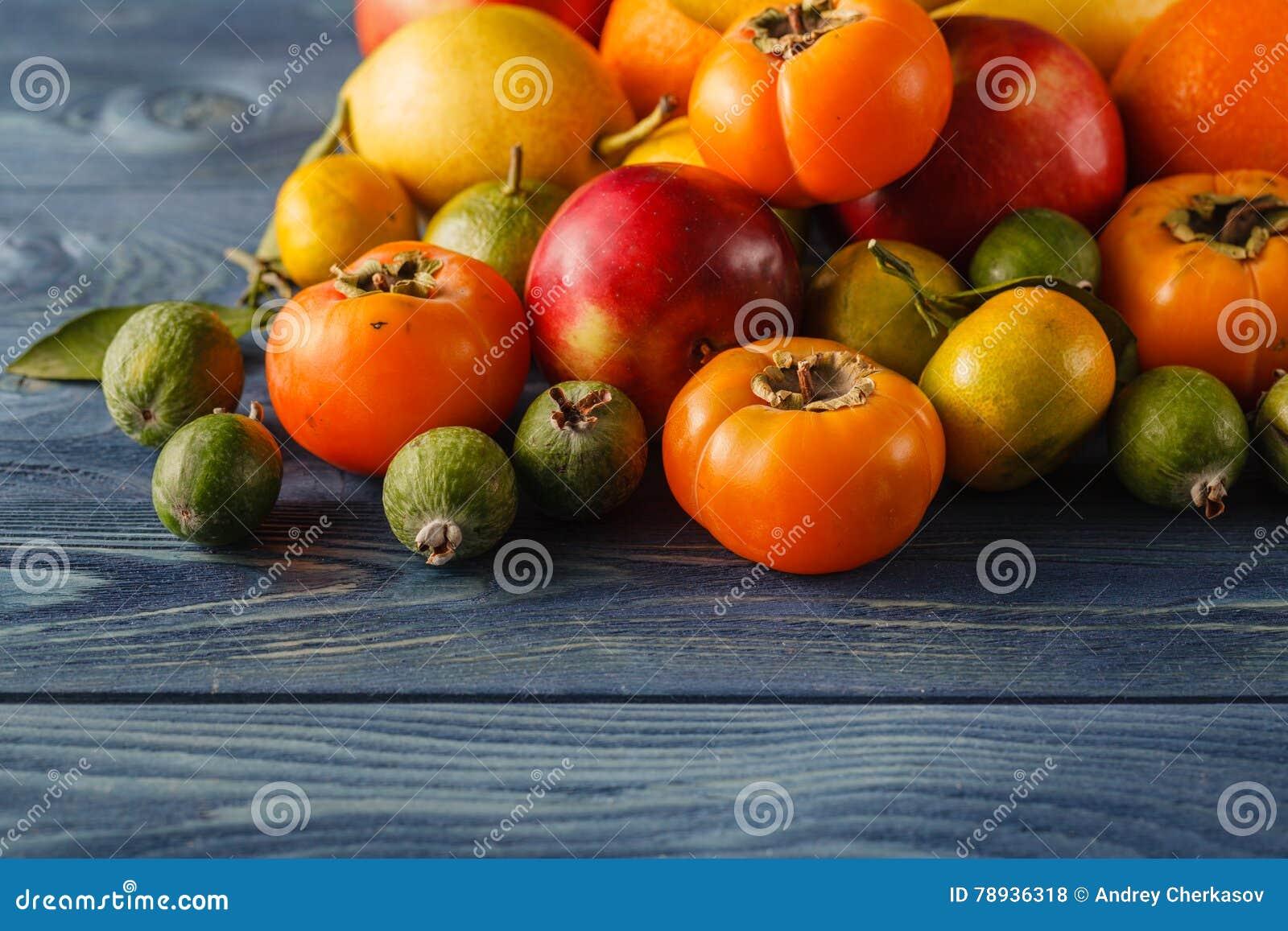 Den blandade högen av olikt färgrikt fejkar frukter och grönsaker