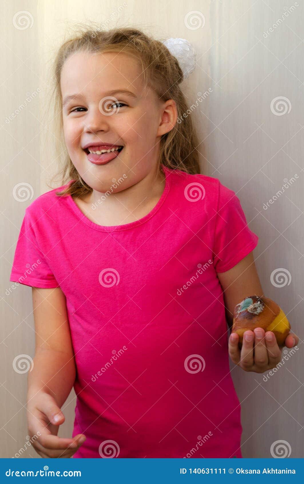 Den blonda flickan med avsmak överger det ruttna päronet