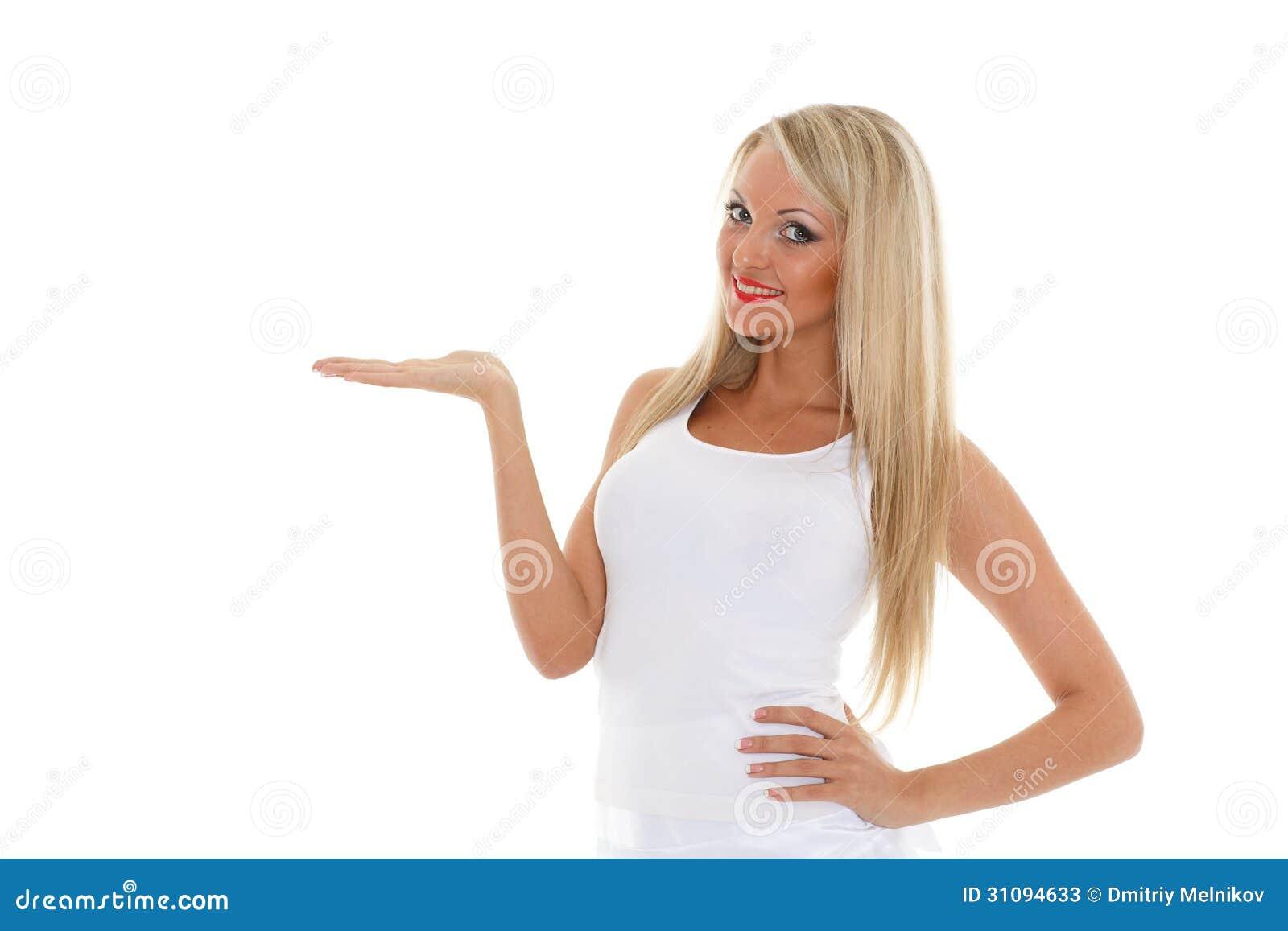 Den blonda kvinnan rymmer ett imaginärt objekt i en hand.
