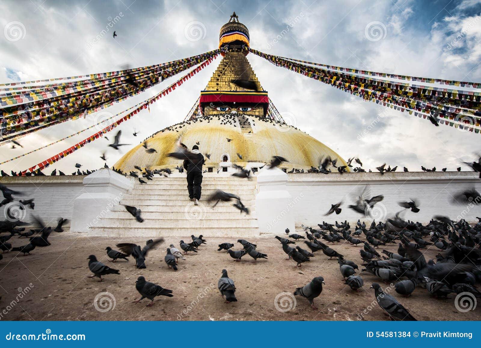 Den Bodhnath stupaen med flygfåglar och folket hoppas på blå himmel i Kathmandu Valley, Nepal