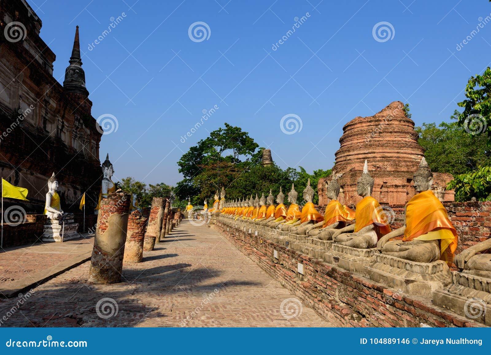 Den breda vinkeln av Buddha avbildar Wat Yai Chai Mongkon i Ayutthaya
