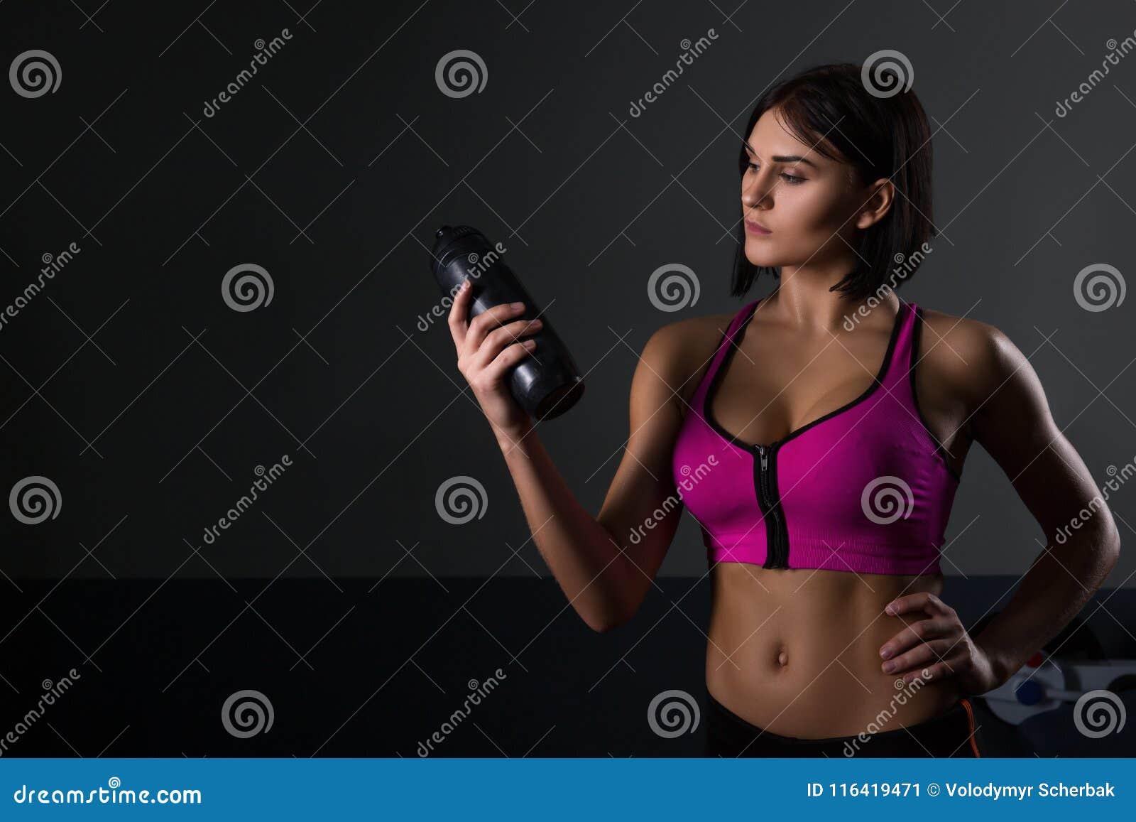 Den brutala idrotts- kvinnan som pumpar upp, tränga sig in med hantlar