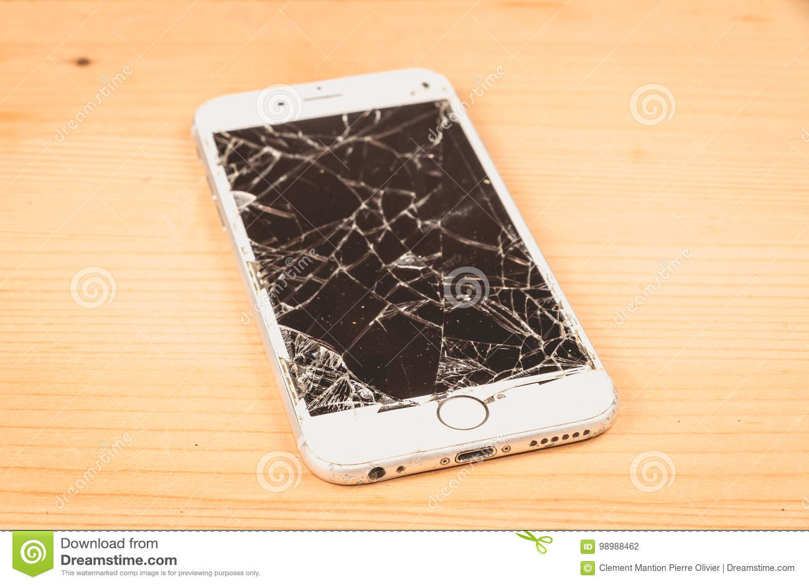 Den brutna iPhonen 6S framkallade vid företaget Apple Inc
